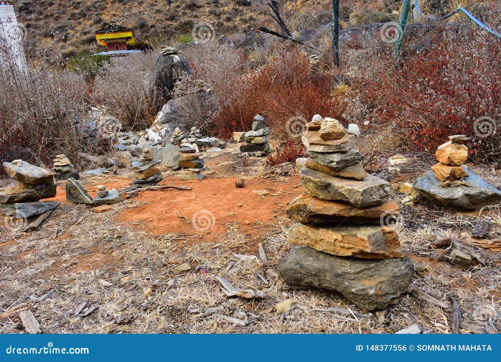 Οι πέτρες συσσώρευσαν επάνω στις προσφορές προσευχής σε Paro, Μπουτάν