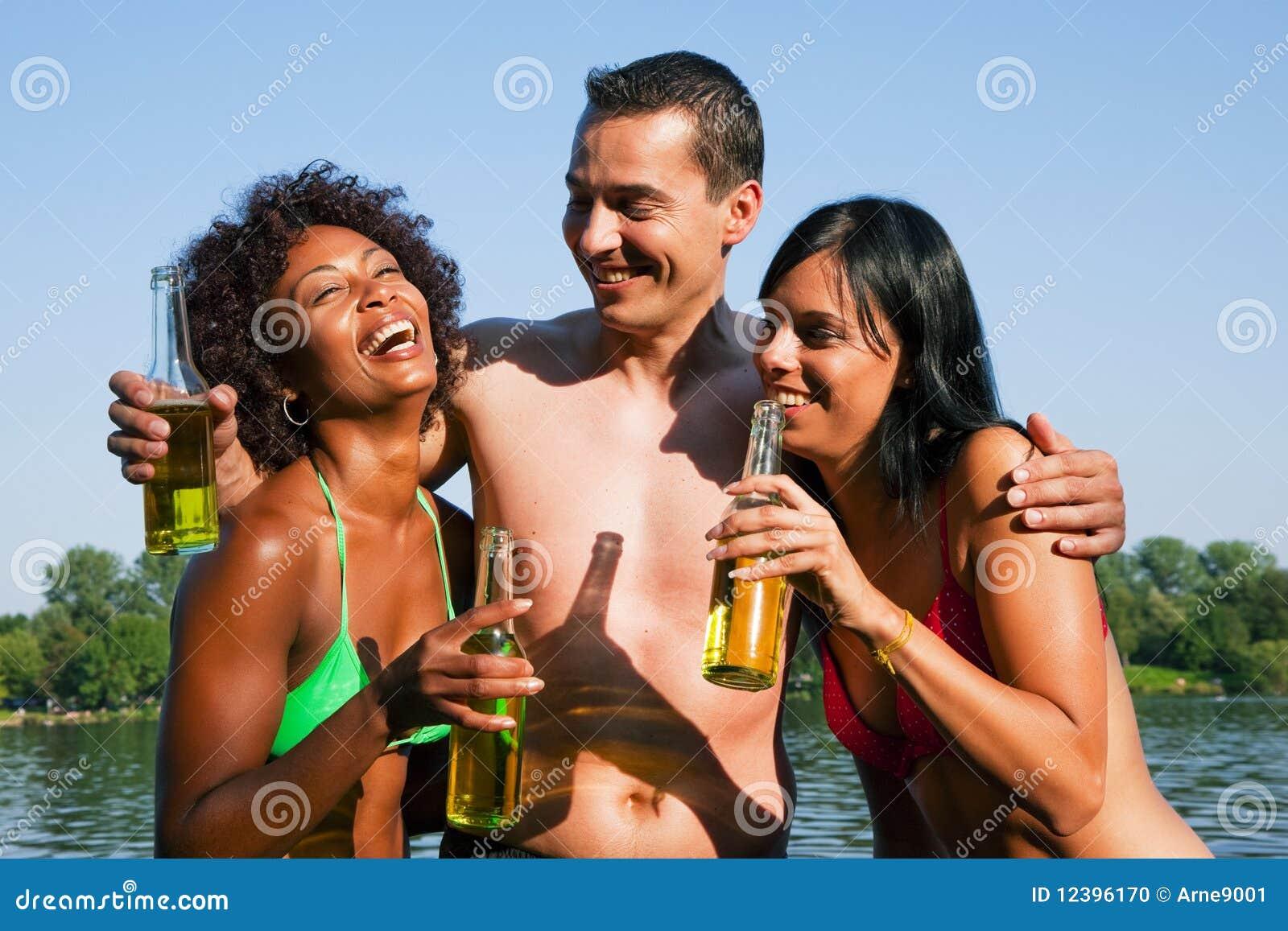 οι πίνοντας φίλοι μπύρας ο&m