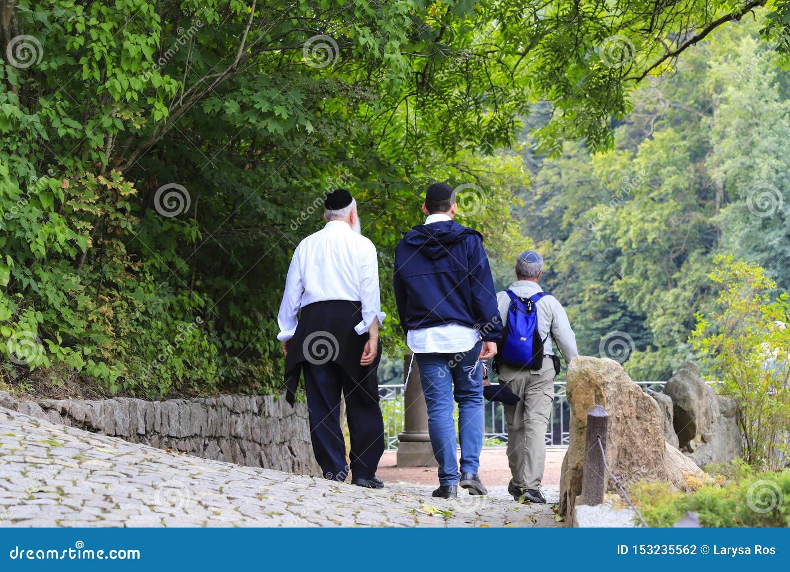Οι παλαιότεροι Εβραίοι σχετικών με το χασιδισμό περπατούν στο πάρκο κατά τη διάρκεια του εβραϊκού νέου έτους σε Uman, Ουκρανία Θρ