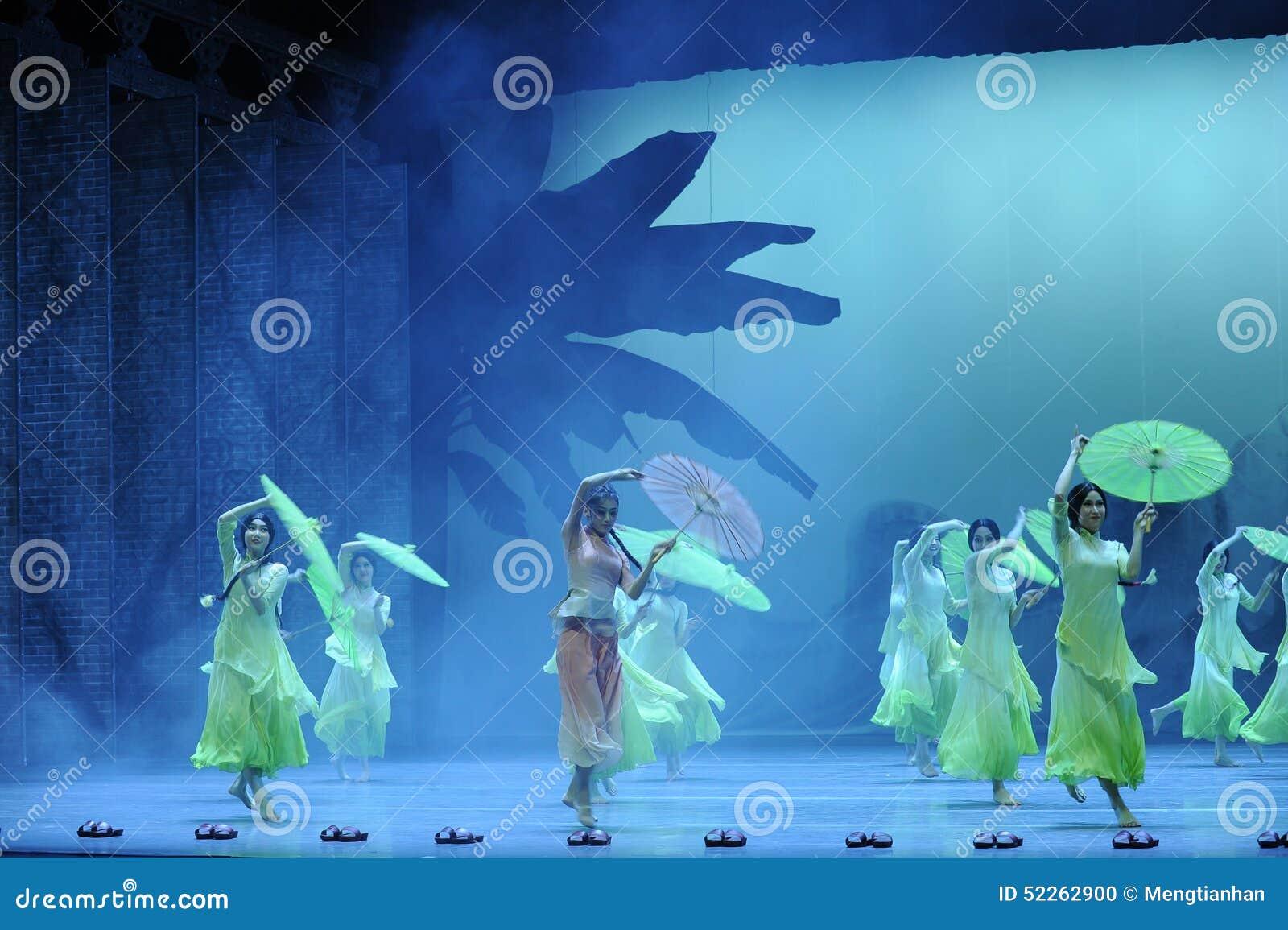 Οι παντόφλες μπαμπού και η ομπρέλα-δεύτερη πράξη των γεγονότων δράμα-Shawan χορού του παρελθόντος