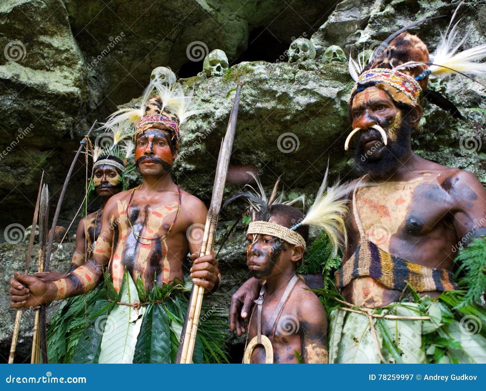 Οι πολεμιστές μιας φυλής Papuan Yafi στα παραδοσιακές ενδύματα, τις διακοσμήσεις και το χρωματισμό Νησί της Νέας Γουϊνέας,