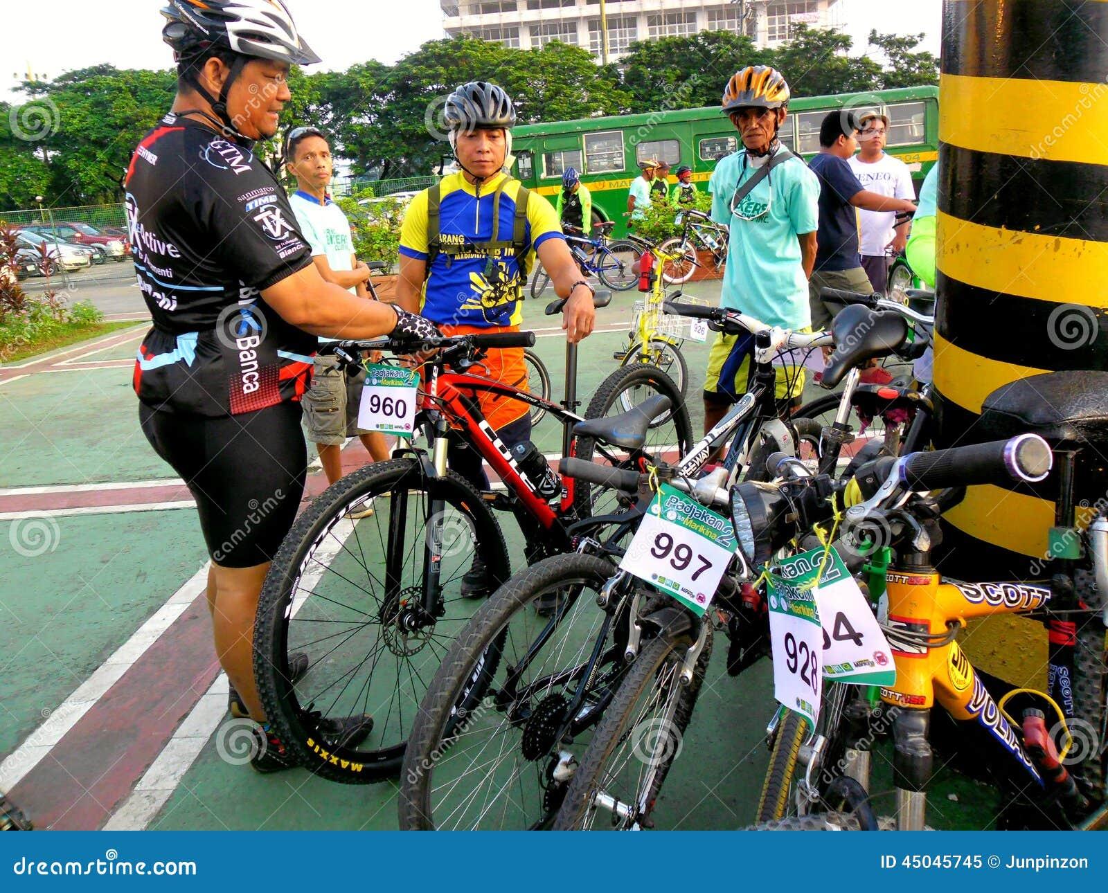 Οι ποδηλάτες συλλέγουν για έναν γύρο διασκέδασης ποδηλάτων στην πόλη marikina, Φιλιππίνες