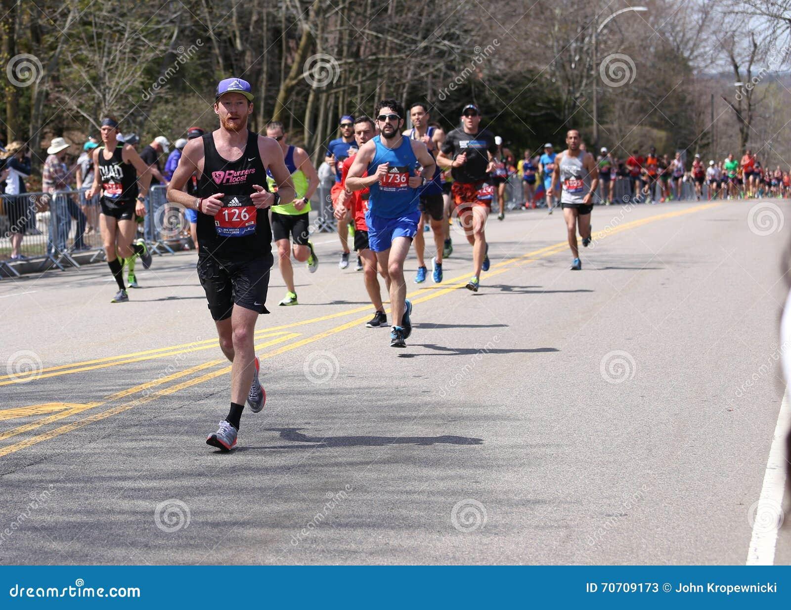 Οι δρομείς συσσώρευσαν το Hill Heartbreak κατά τη διάρκεια του μαραθωνίου της Βοστώνης στις 18 Απριλίου 2016 στη Βοστώνη