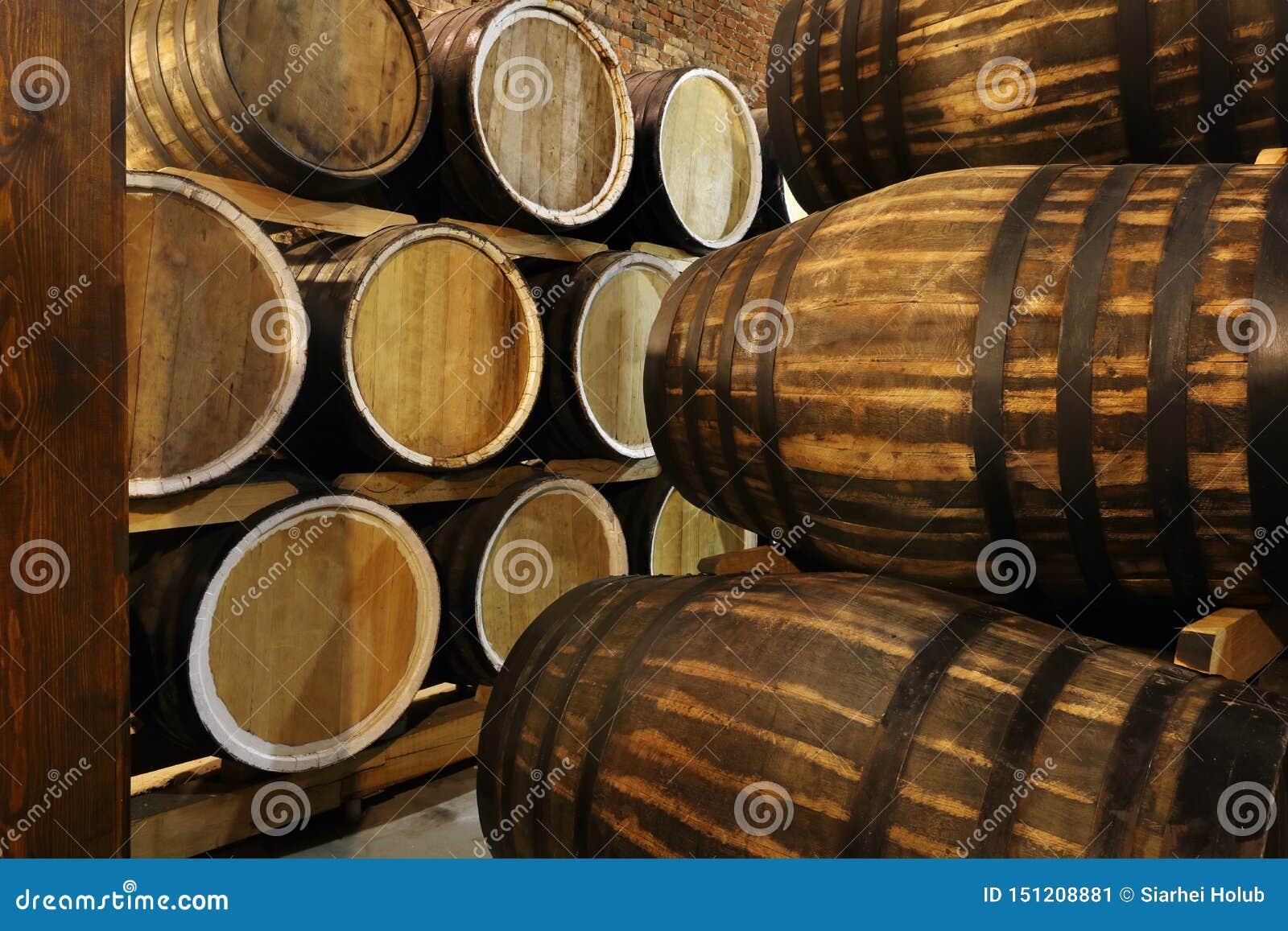 Οι σειρές των οινοπνευματωδών βαρελιών κρατιούνται στο απόθεμα Οινοπνευματοποιία Κονιάκ, ουίσκυ, κρασί, κονιάκ Οινόπνευμα στα βαρ