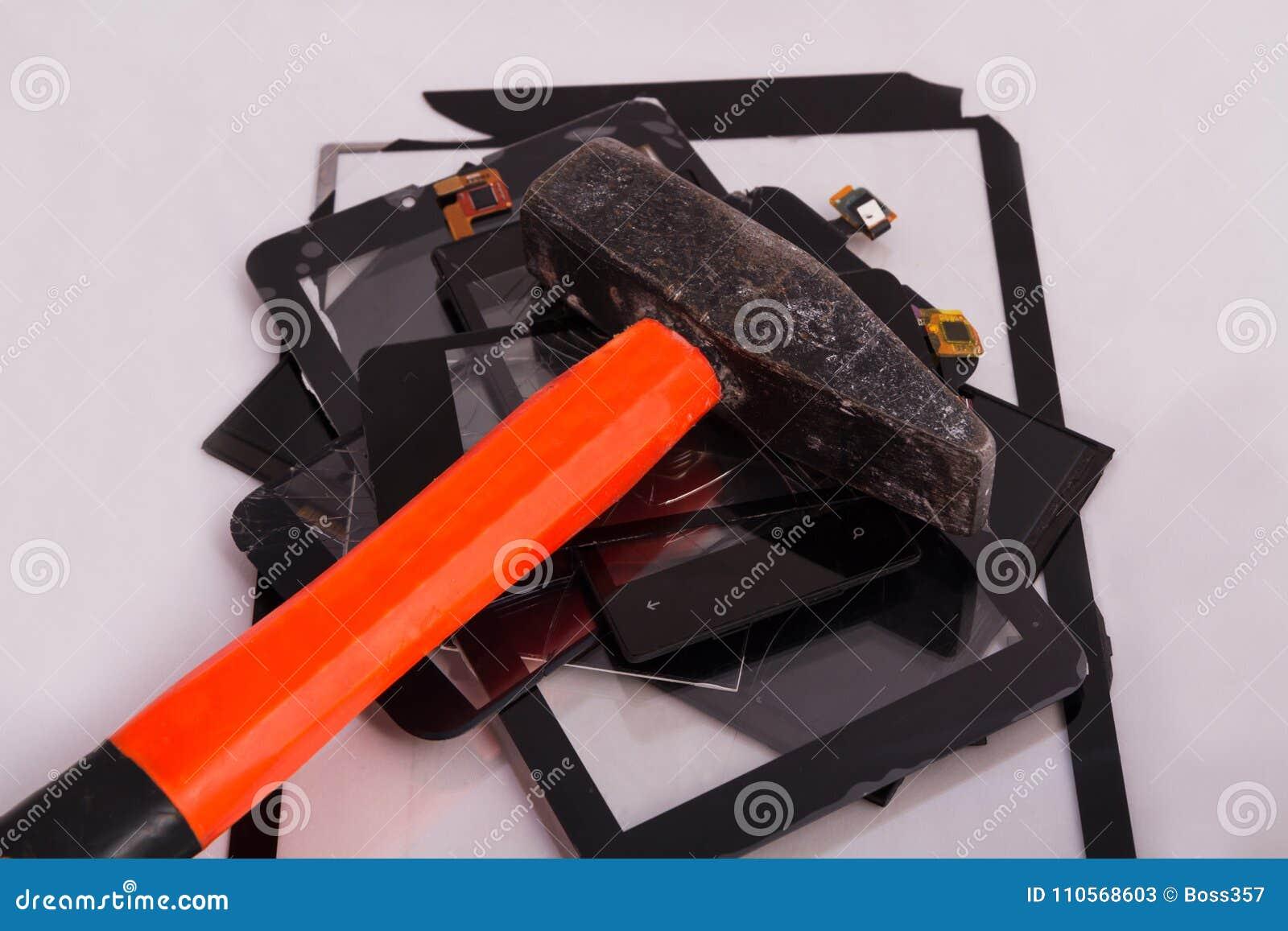 Οι σπασμένες οθόνες επαφής βρίσκονται μια δέσμη τους σε ένα σφυρί υπηρεσία για την επισκευή συσκευών Έννοια