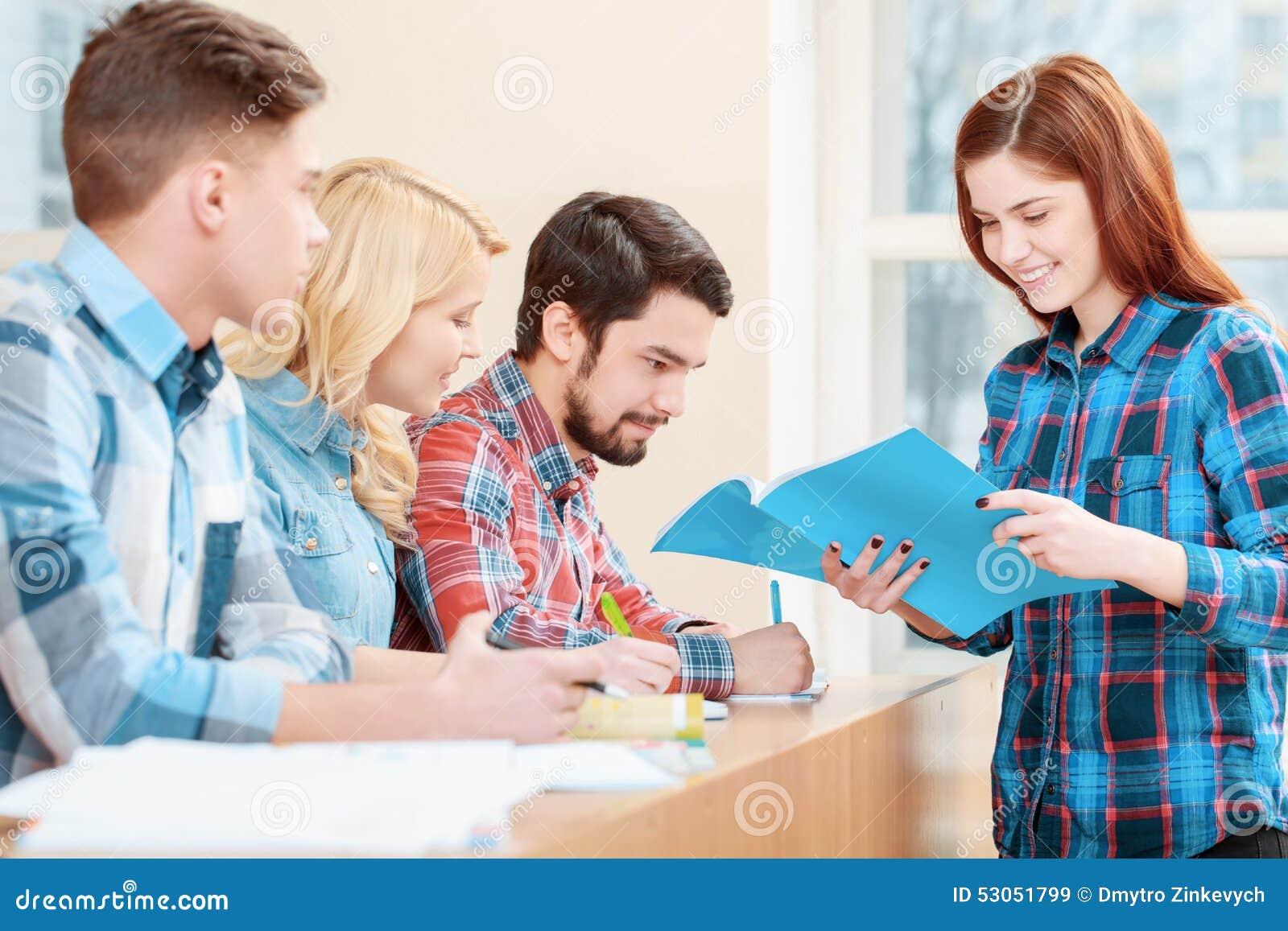 Οι σπουδαστές εργάζονται με το δοκιμή-βιβλίο