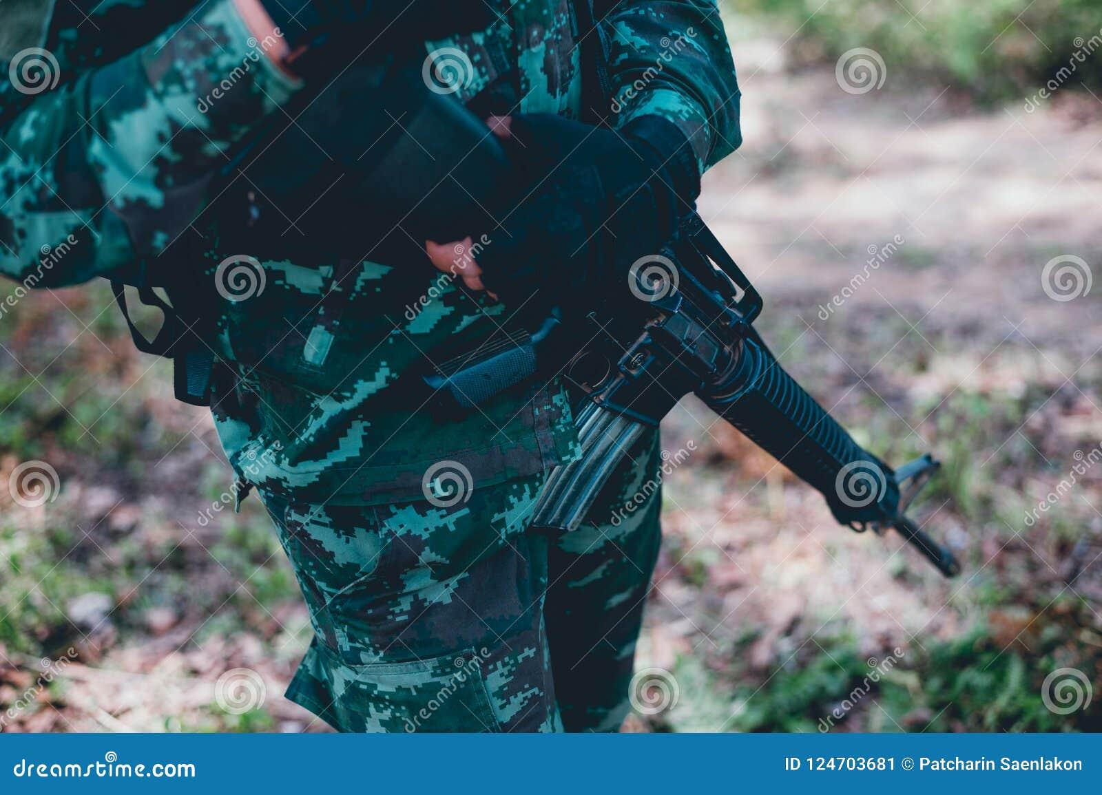 Οι στρατιώτες χρησιμοποιούν το ραδιόφωνο Και χρησιμοποιήστε το χάρτη για την επικοινωνία