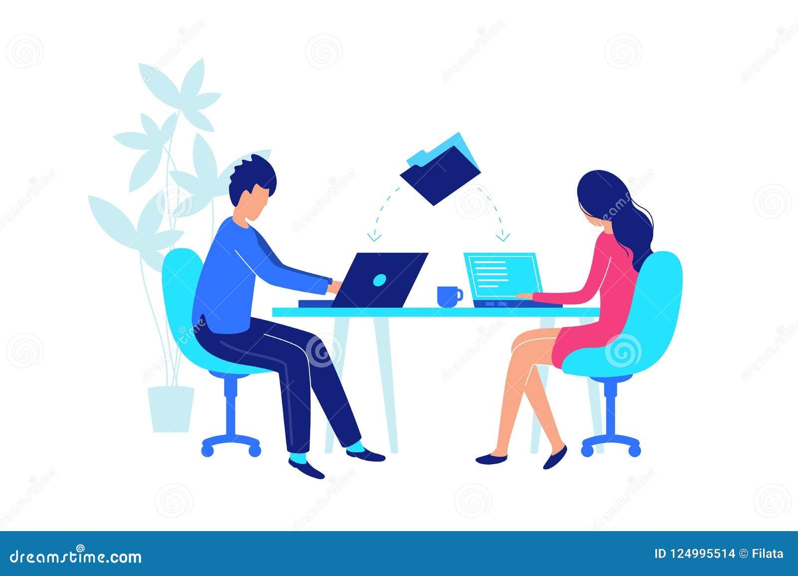 Οι συνάδελφοι εργάζονται στον εργασιακό χώρο με το lap-top οριζόντια