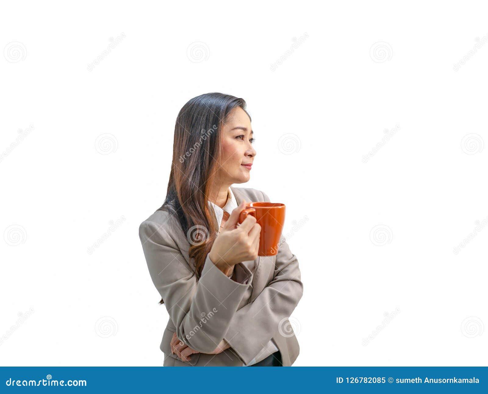 Οι σύγχρονες επιχειρησιακές γυναίκες κρατούν το φλυτζάνι ή την κούπα καφέ της στην απομονωμένη ΤΣΕ