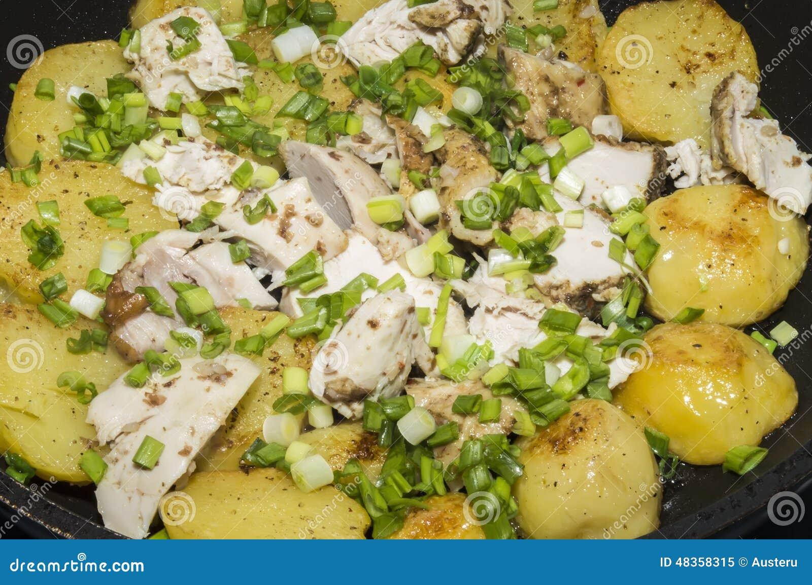 Οι τηγανισμένα πατάτες και το κοτόπουλο με τα πράσινα κρεμμύδια