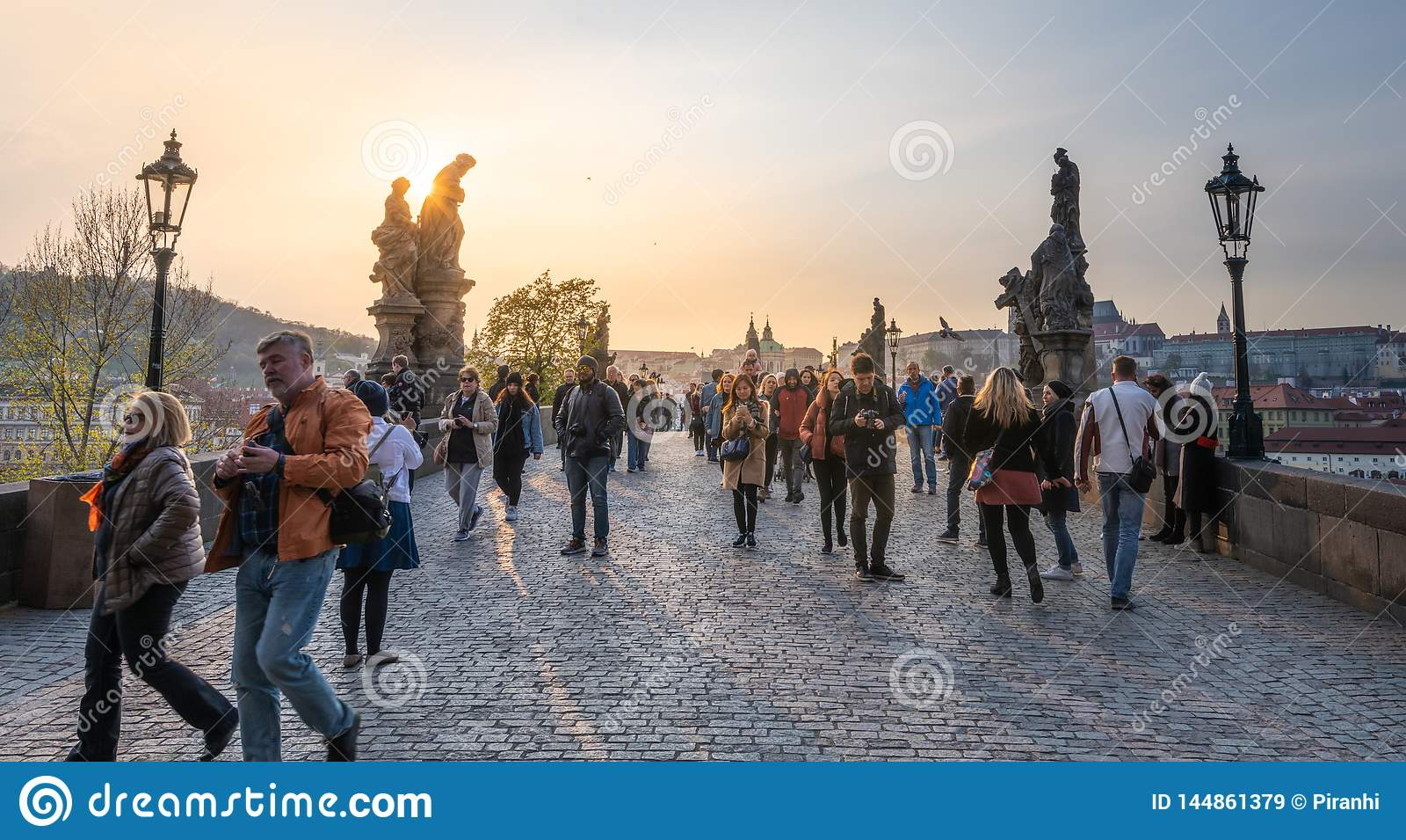 Οι τουρίστες διασχίζουν τη διάσημη γέφυρα του Charles στη πρωτεύουσα σε έ