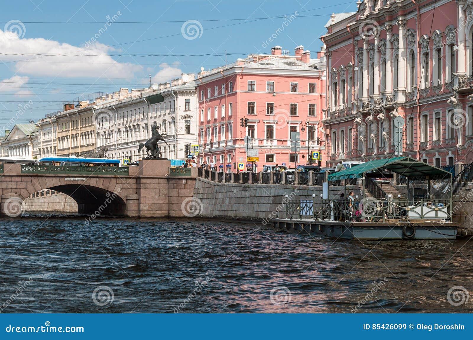 Οι τουρίστες και οι ταξιδιώτες κάνουν τον ποταμό