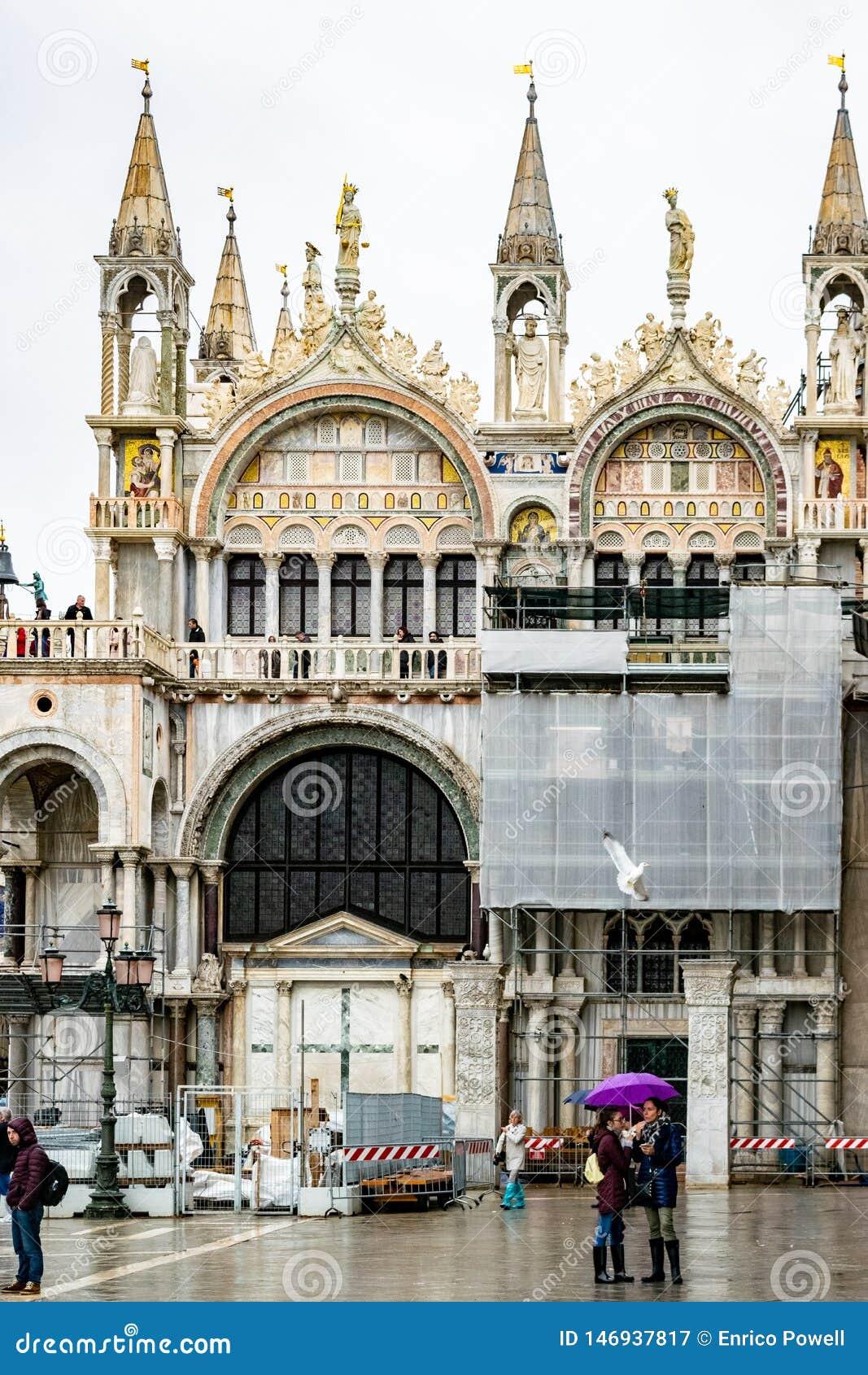 Οι τουρίστες μια βροχερή ημέρα στην πλατεία SAN Marco ST χαρακτηρίζουν το τετράγωνο, Βενετία, Ιταλία