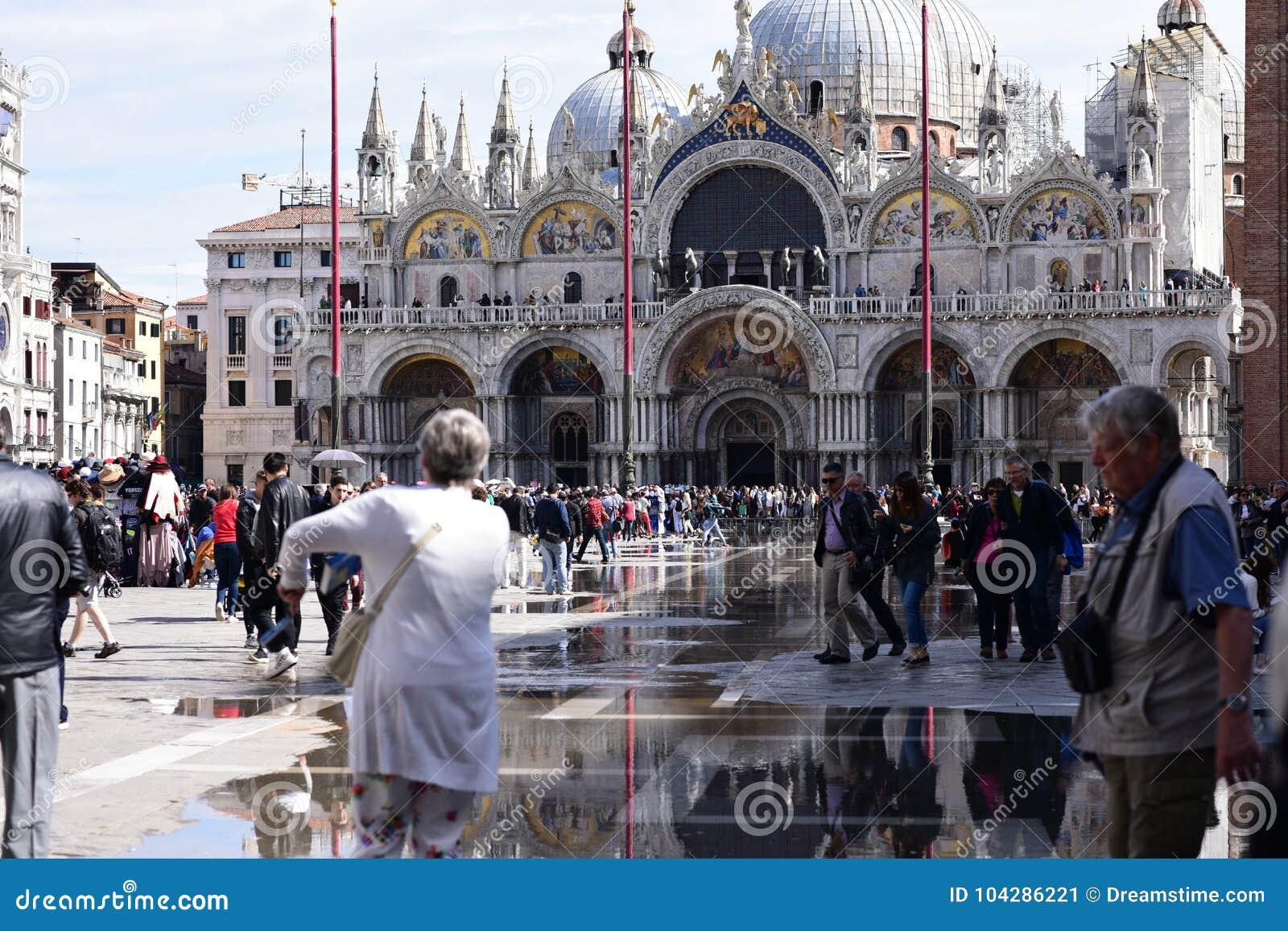 Οι τουρίστες περπατούν στην πλατεία SAN Marco Βενετία