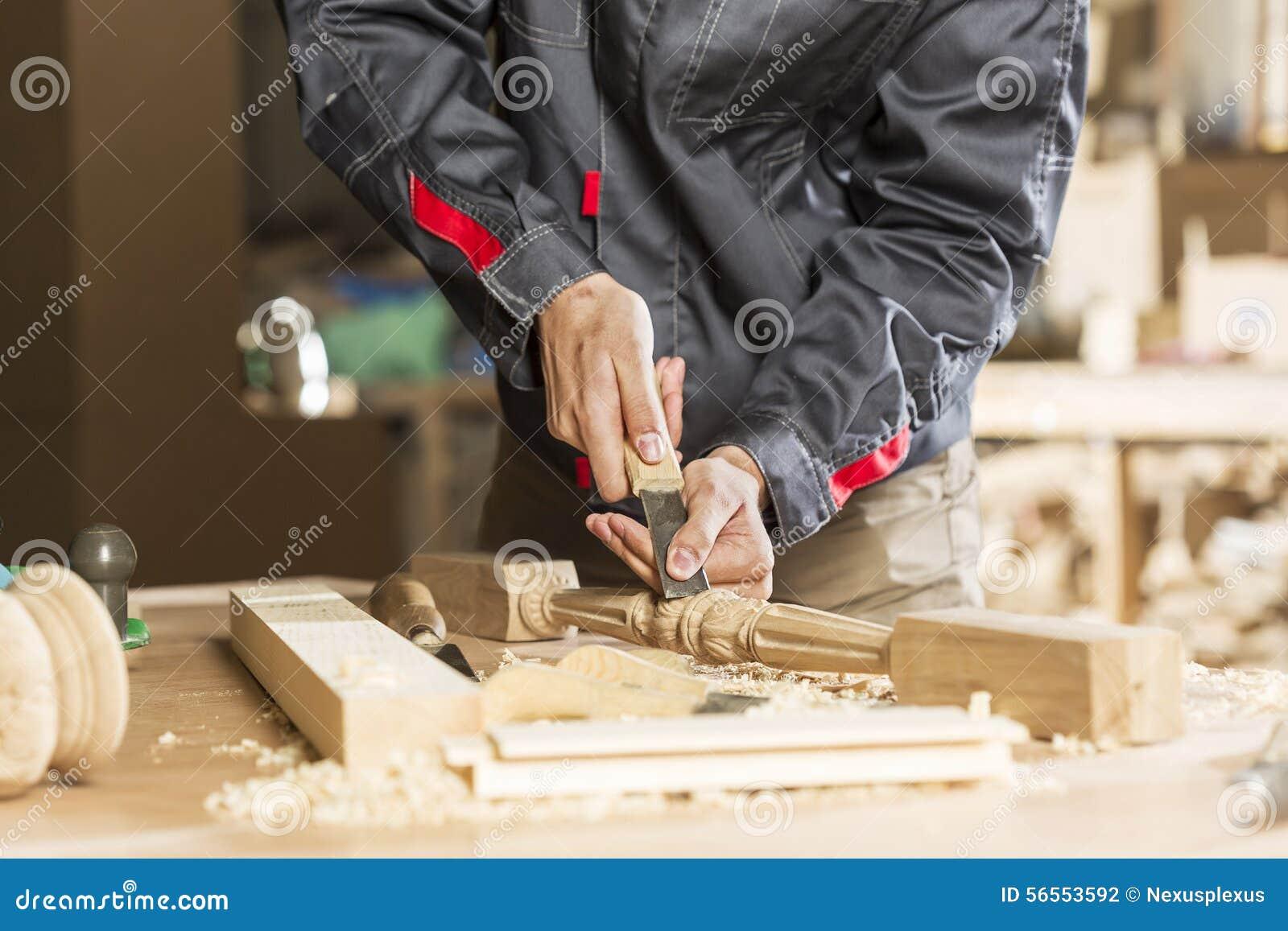Download οι τραχιές στρογγυλές διαδρομές κούτσουρων εφαρμογής ξυλουργών λειτουργούν Στοκ Εικόνες - εικόνα από σύνολο, ξύλινος: 56553592