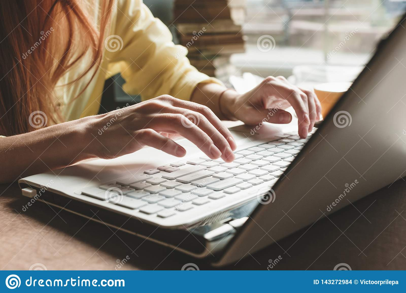 Οι τυπωμένες ύλες κοριτσιών σε έναν άσπρο υπολογιστή Κινηματογράφηση σε πρώτο πλάνο των χεριών στο πληκτρολόγιο ενός υπολογιστή