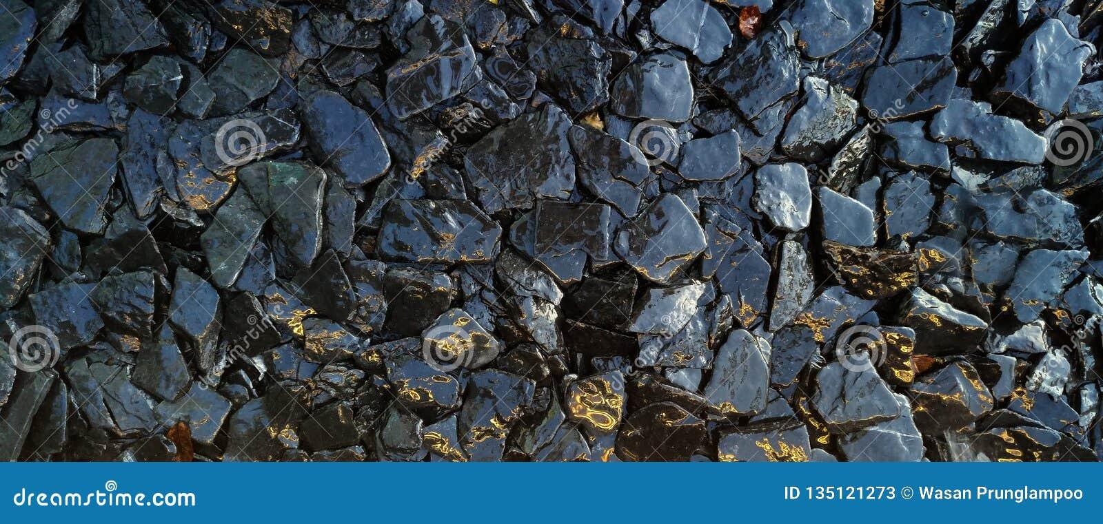 Οι υγροί βράχοι και το υπόβαθρο σύστασης πετρών