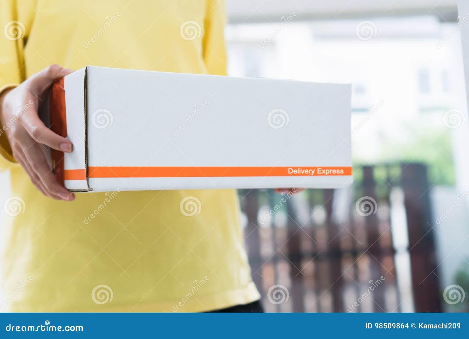 Οι υπάλληλοι κρατούν ένα δέμα στο αυτοκίνητο που στέλνει στον πελάτη Σε απευθείας σύνδεση διαταγή για διευκόλυνση των πελατών