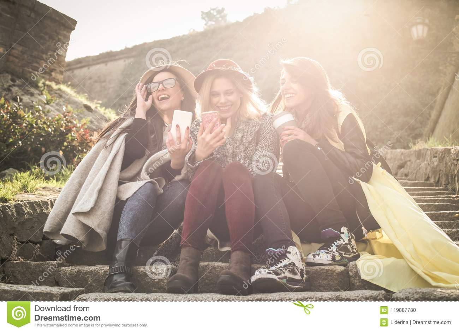 Οι φίλες δέντρων έχουν τη διασκέδαση μαζί έξω