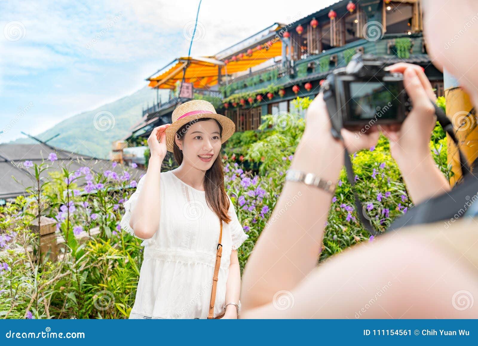 Οι φίλοι βοηθούν να πάρουν τις φωτογραφίες ταξιδιού με σκοπό τις διακοπές