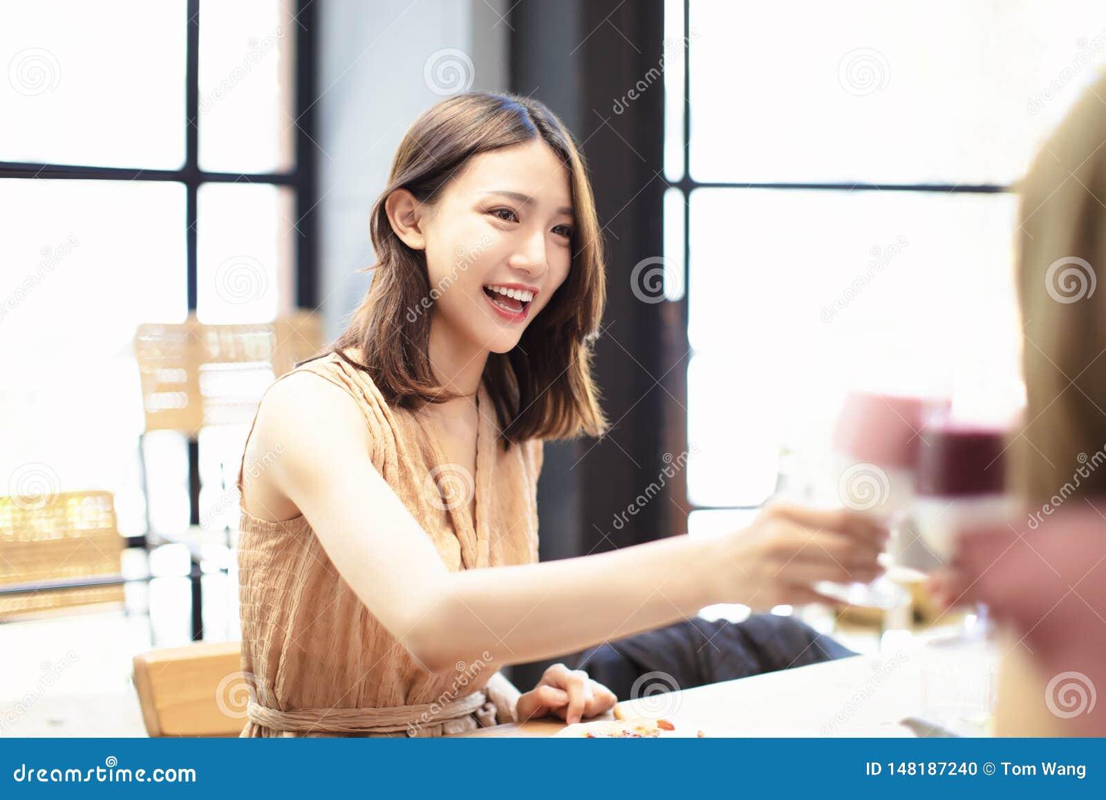Οι φίλοι γιορτάζουν με τη φρυγανιά και το κουδούνισμα στο εστιατόριο