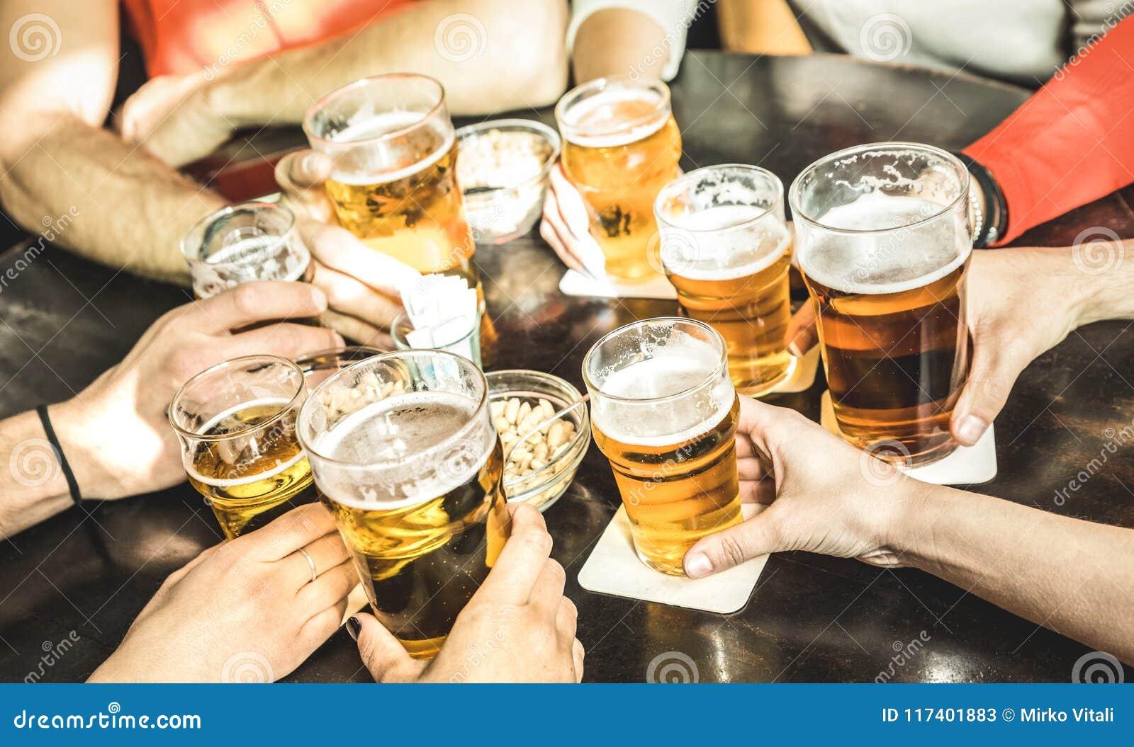 Οι φίλοι δίνουν την μπύρα κατανάλωσης στο εστιατόριο μπαρ ζυθοποιείων - Friendsh