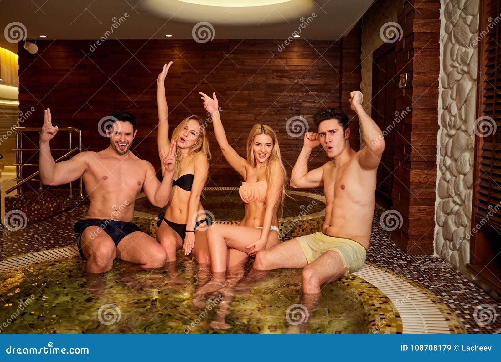 Οι φίλοι στο γέλιο μαγιό στο τζακούζι στη SPA στρέφονται