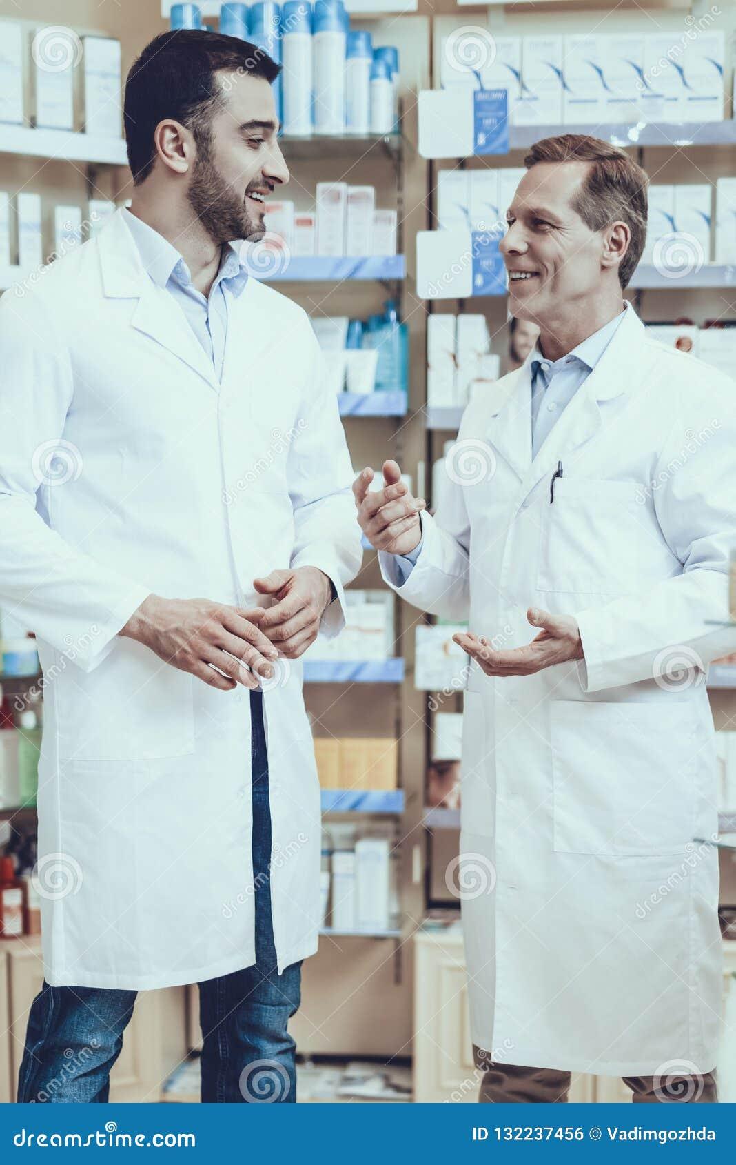 Οι φαρμακοποιοί μιλούν με μεταξύ τους