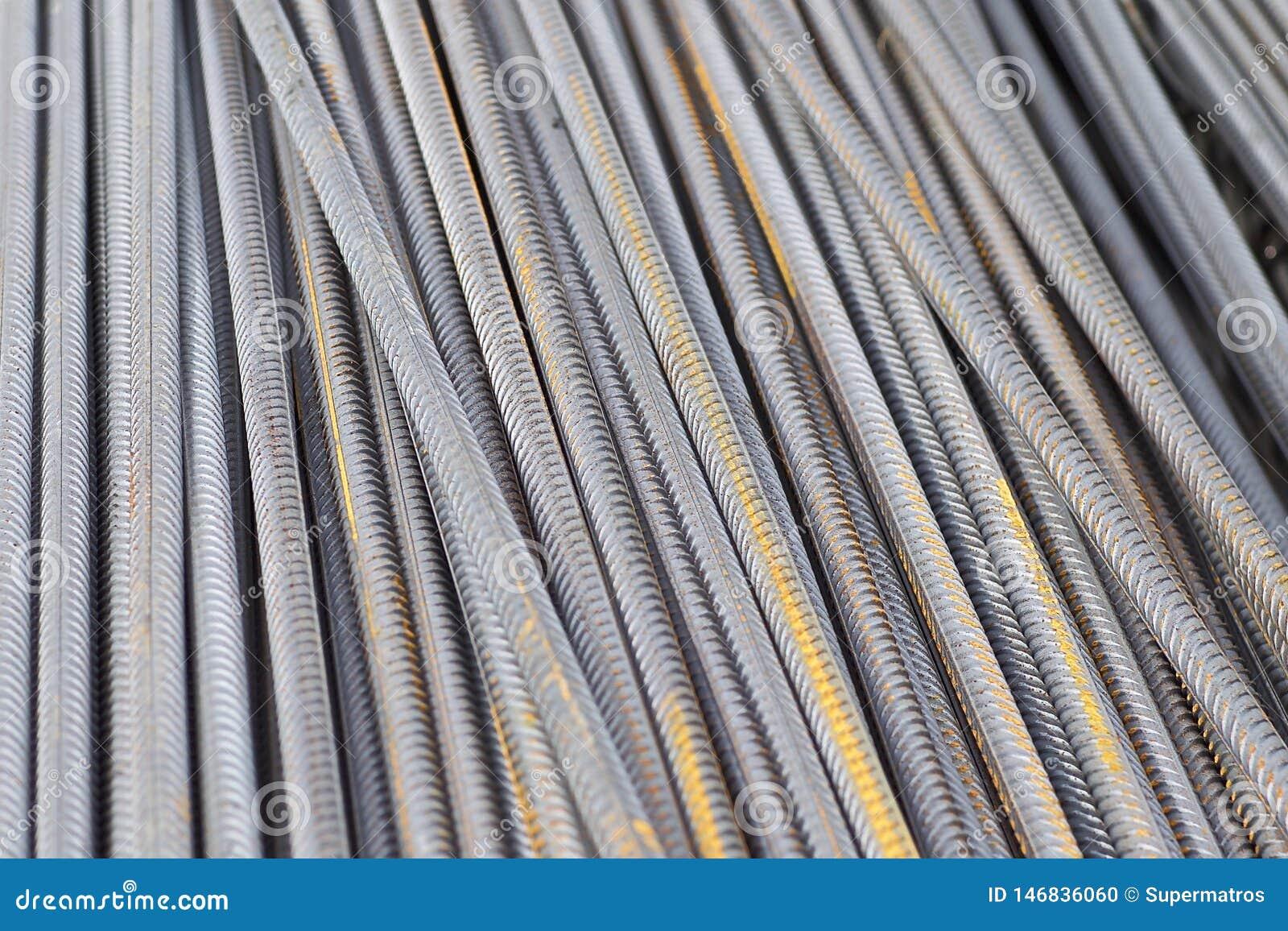 Οι φραγμοί ενίσχυσης με ένα περιοδικό σχεδιάγραμμα στα πακέτα αποθηκεύονται στην αποθήκη εμπορευμάτων προϊόντων μετάλλων