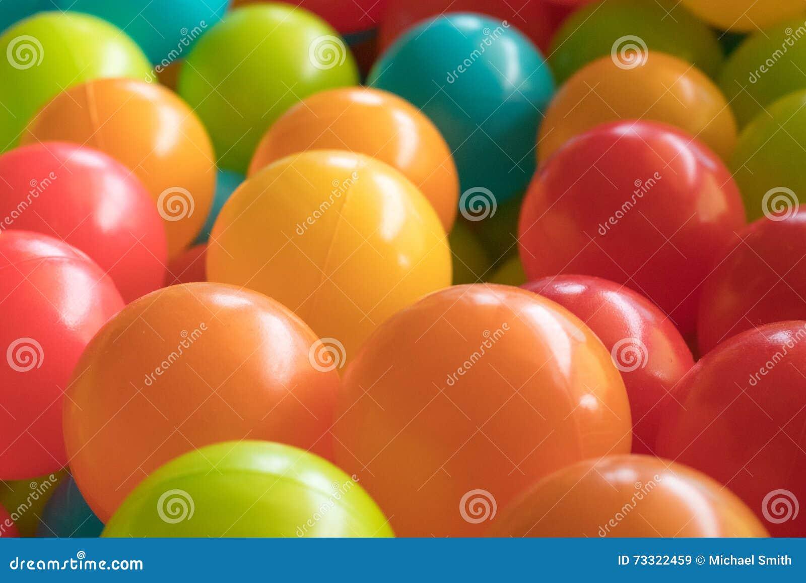 Οι φωτεινές και ζωηρόχρωμες πλαστικές σφαίρες παιχνιδιών, κοίλωμα σφαιρών, κλείνουν επάνω