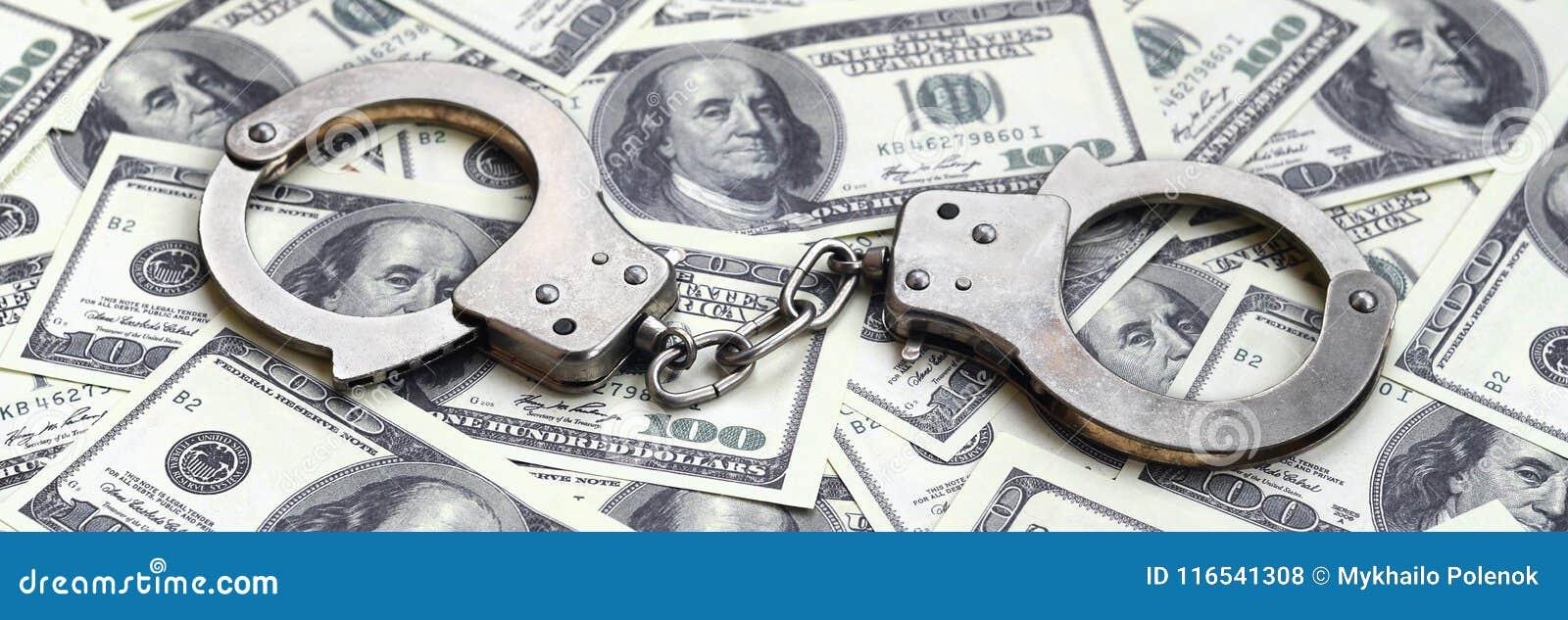 Οι χειροπέδες αστυνομίας βρίσκονται σε πολλούς λογαριασμούς δολαρίων Η έννοια της παράνομης κατοχής των χρημάτων, παράνομες συναλ