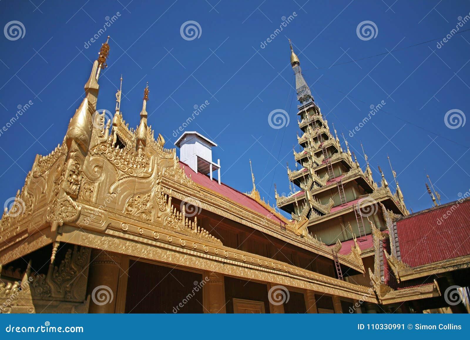 Οι χρυσοί και λαμπυρίζοντας κώνοι του κεντρικού παλατιού σύνθετου στο Mandalay, το Μιανμάρ