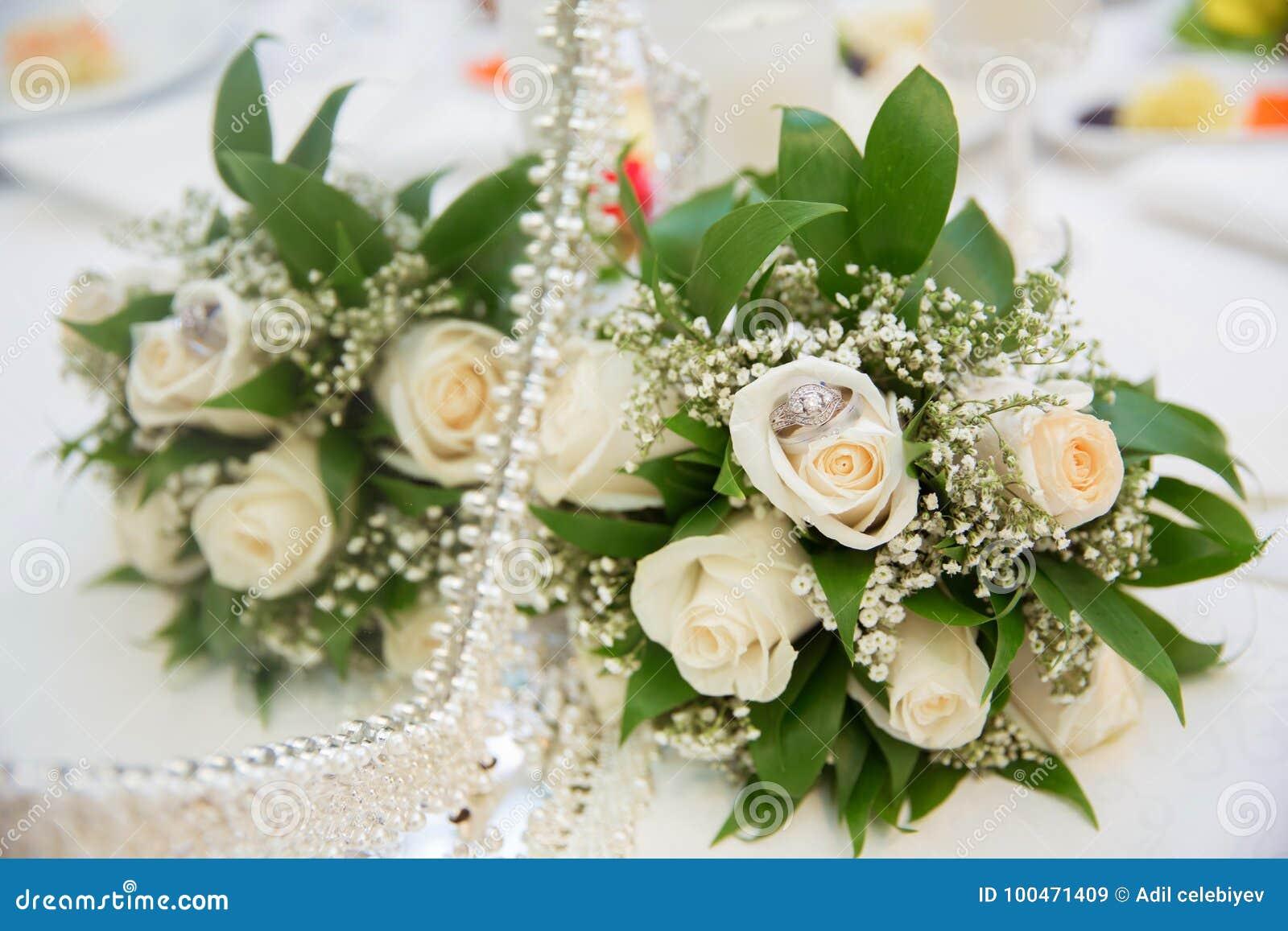 c24f52eb0b5a Οι όμορφες άσπρες γαμήλιες ανθοδέσμες στα λουλούδια ανθοδεσμών καλαθιών  backgraound αυξήθηκαν