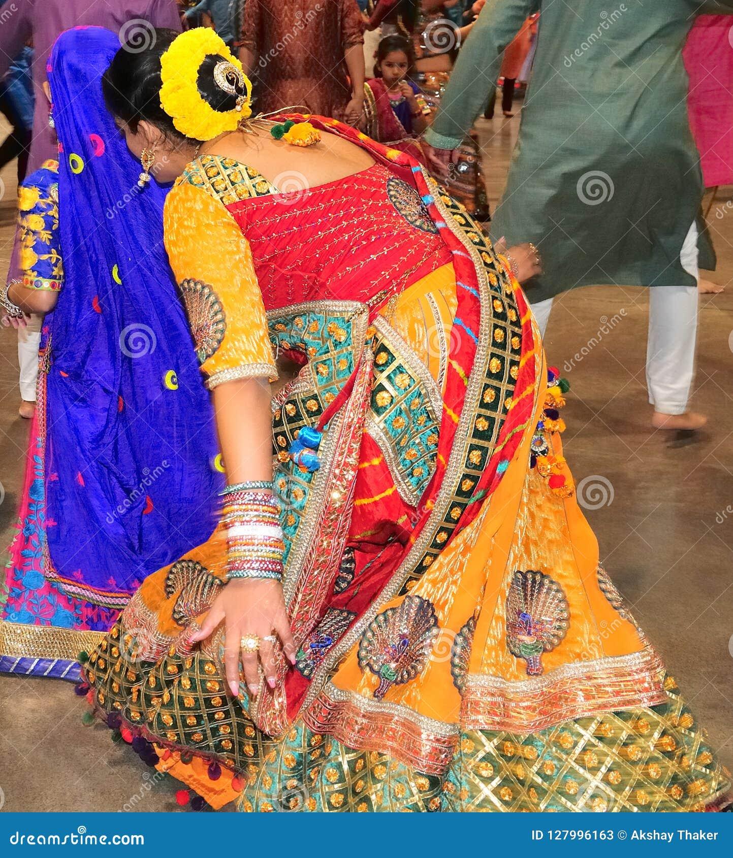Οι όμορφες γυναίκες χορεύουν στη δράση Απολαμβάνοντας το ινδό φεστιβάλ της φθοράς Navratri Garba παραδοσιακής καταναλώστε