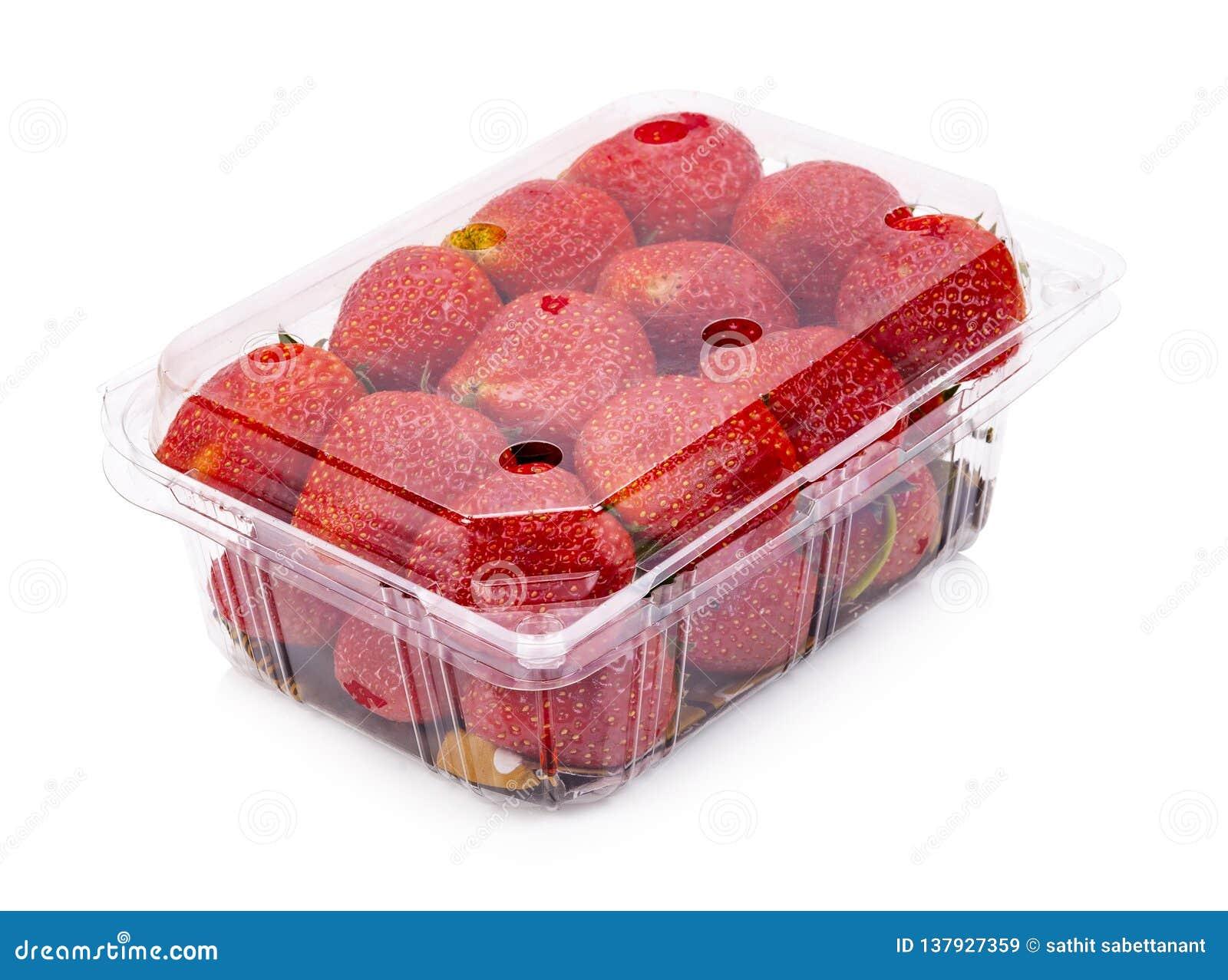 Οι ώριμες φράουλες από τον κήπο συσκευάζονται στα πλαστικά κιβώτια απομονωμένος