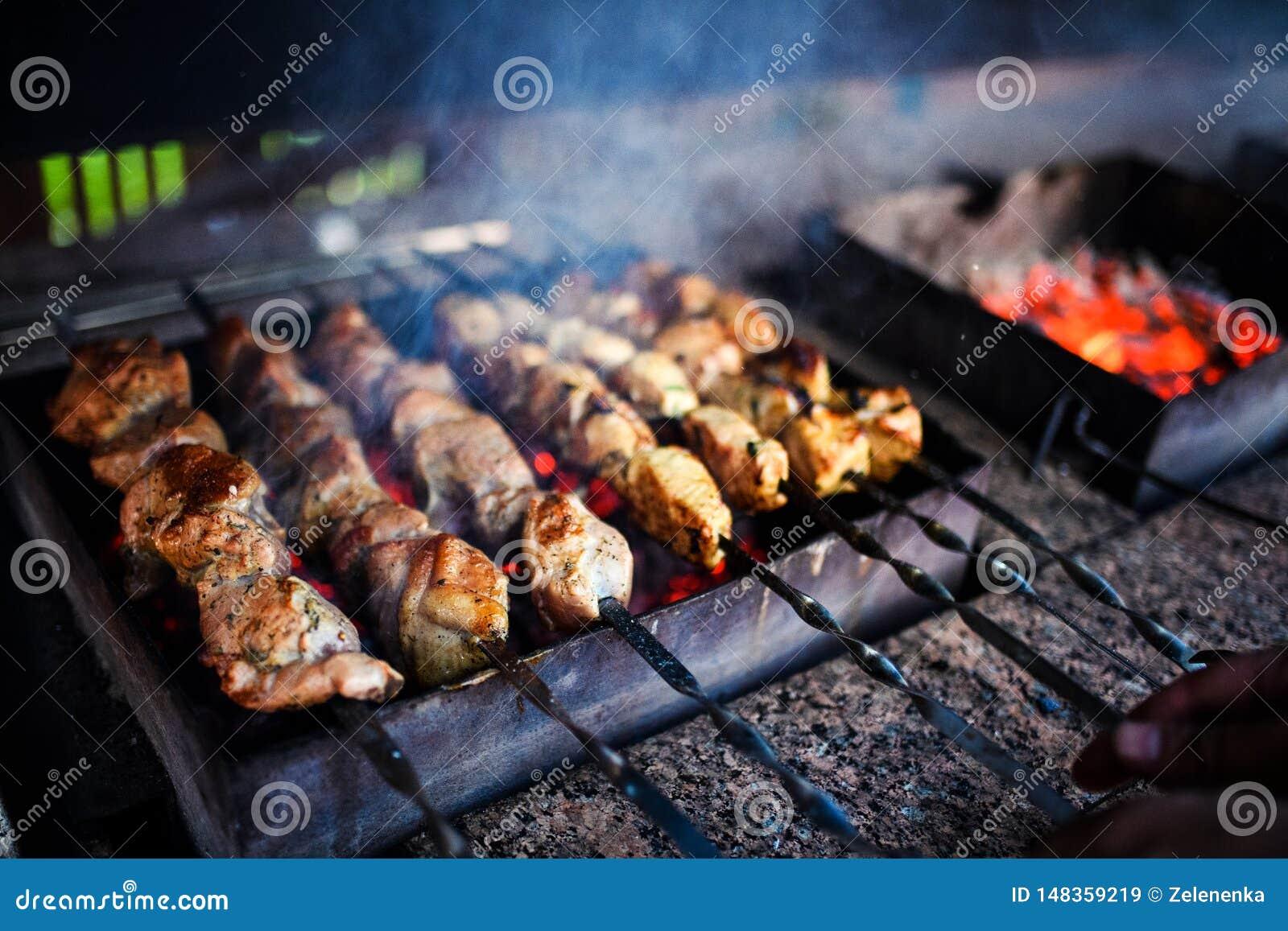 Οι Juicy φέτες του κρέατος προετοιμάζονται στην πυρκαγιά