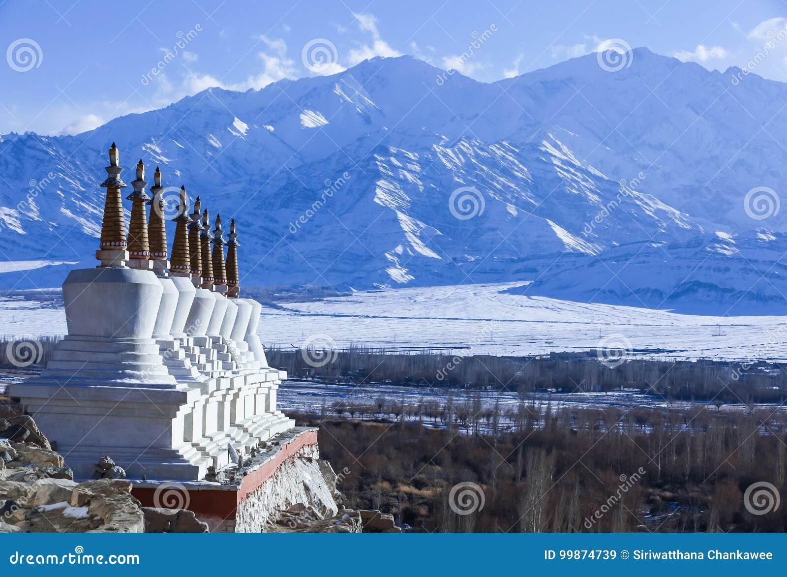 Οκτώ θιβετιανά stupas με τη σειρά βουνών του Ιμαλαίαυ στο υπόβαθρο