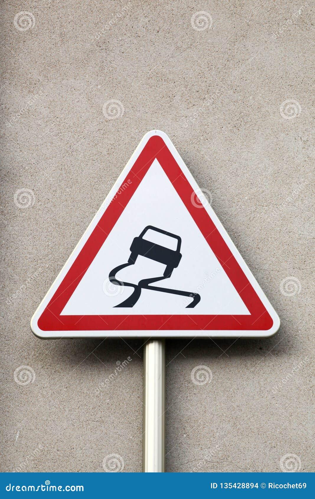 Ολισθηρός όταν υγρό οδικό σημάδι