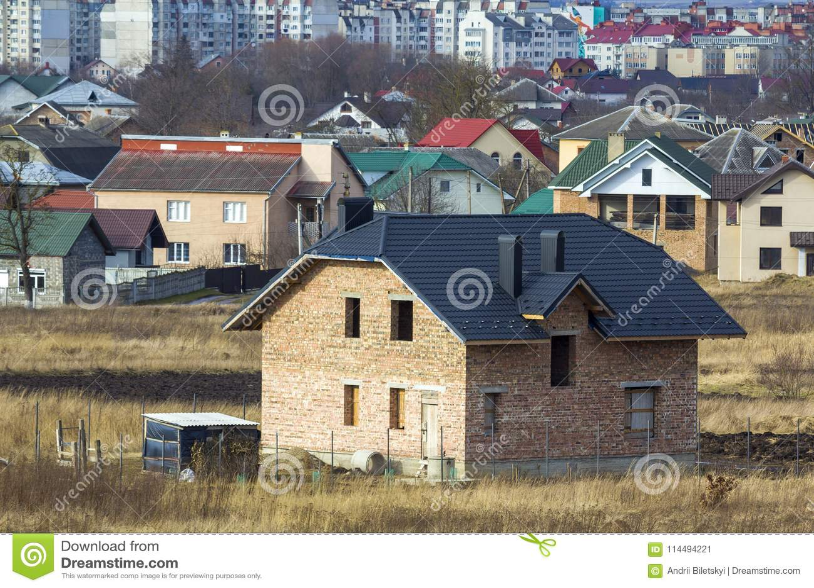 Ολοκαίνουργιο ευρύχωρο τούβλο δύο κατοικημένο σπίτι ιστορίας με την επικεράμωση των ενάρξεων στεγών και παραθύρων στην προαστιακή