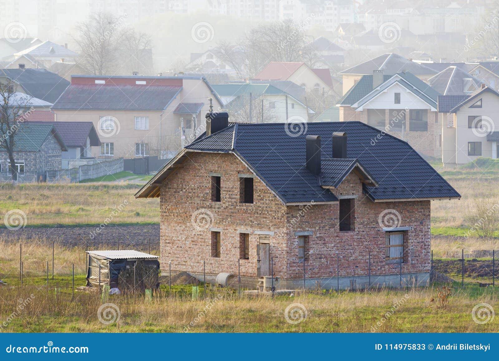 Ολοκαίνουργιο ευρύχωρο τούβλο δύο κατοικημένο σπίτι ιστορίας με την επικεράμωση