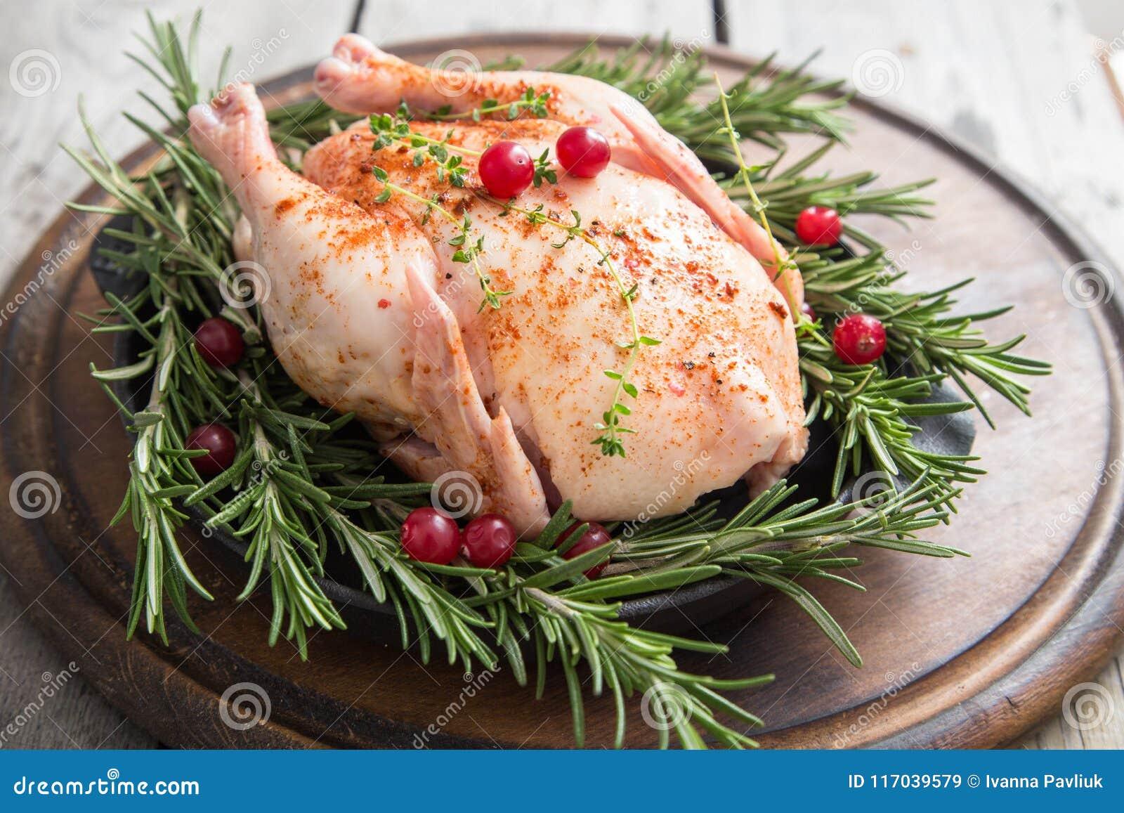 Ολόκληρο ακατέργαστο κοτόπουλο στον ξύλινο τέμνοντα πίνακα Ακατέργαστο σφάγιο κοτόπουλου