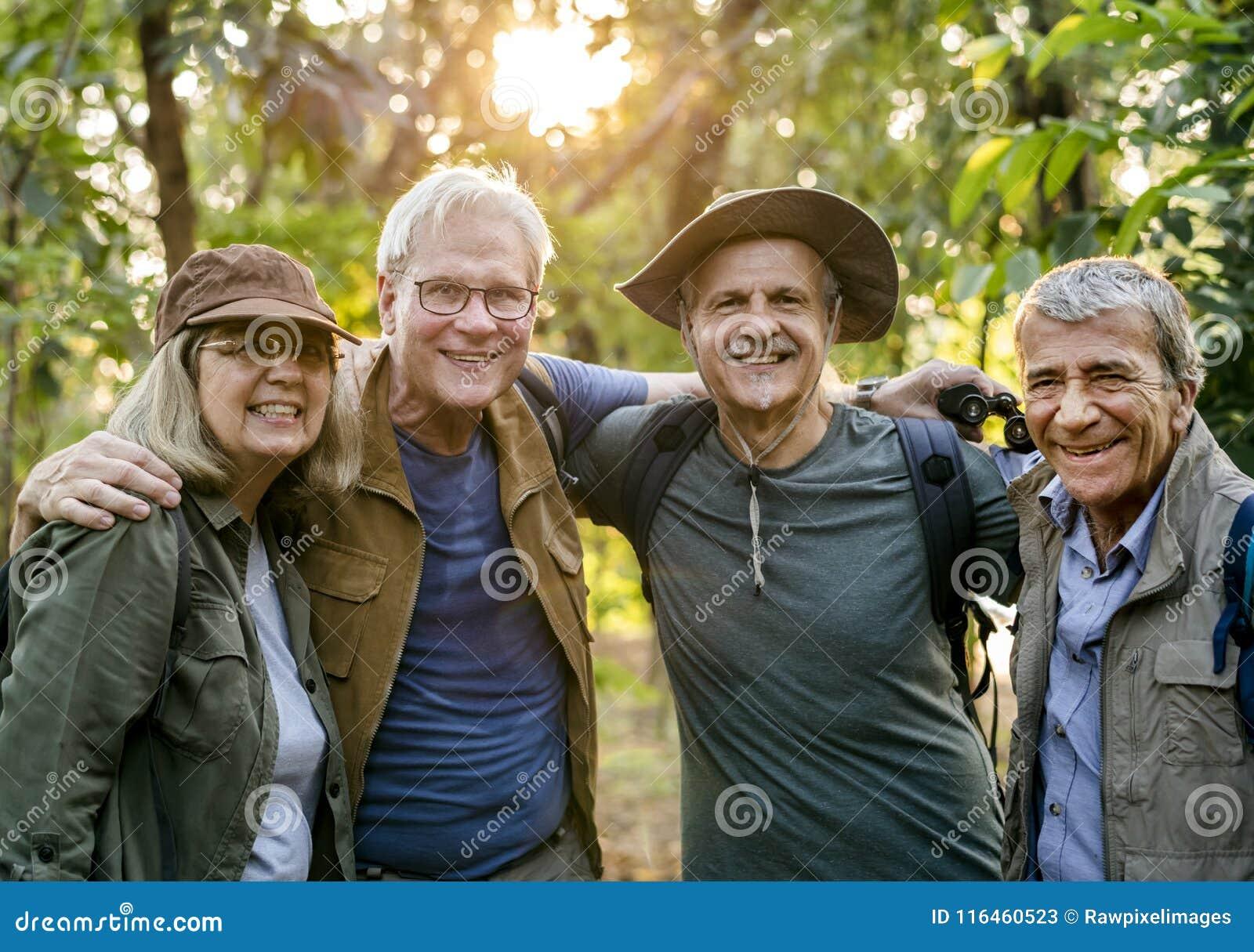 Ομάδα ανώτερων ενηλίκων που πραγματοποιούν οδοιπορικό στο δάσος