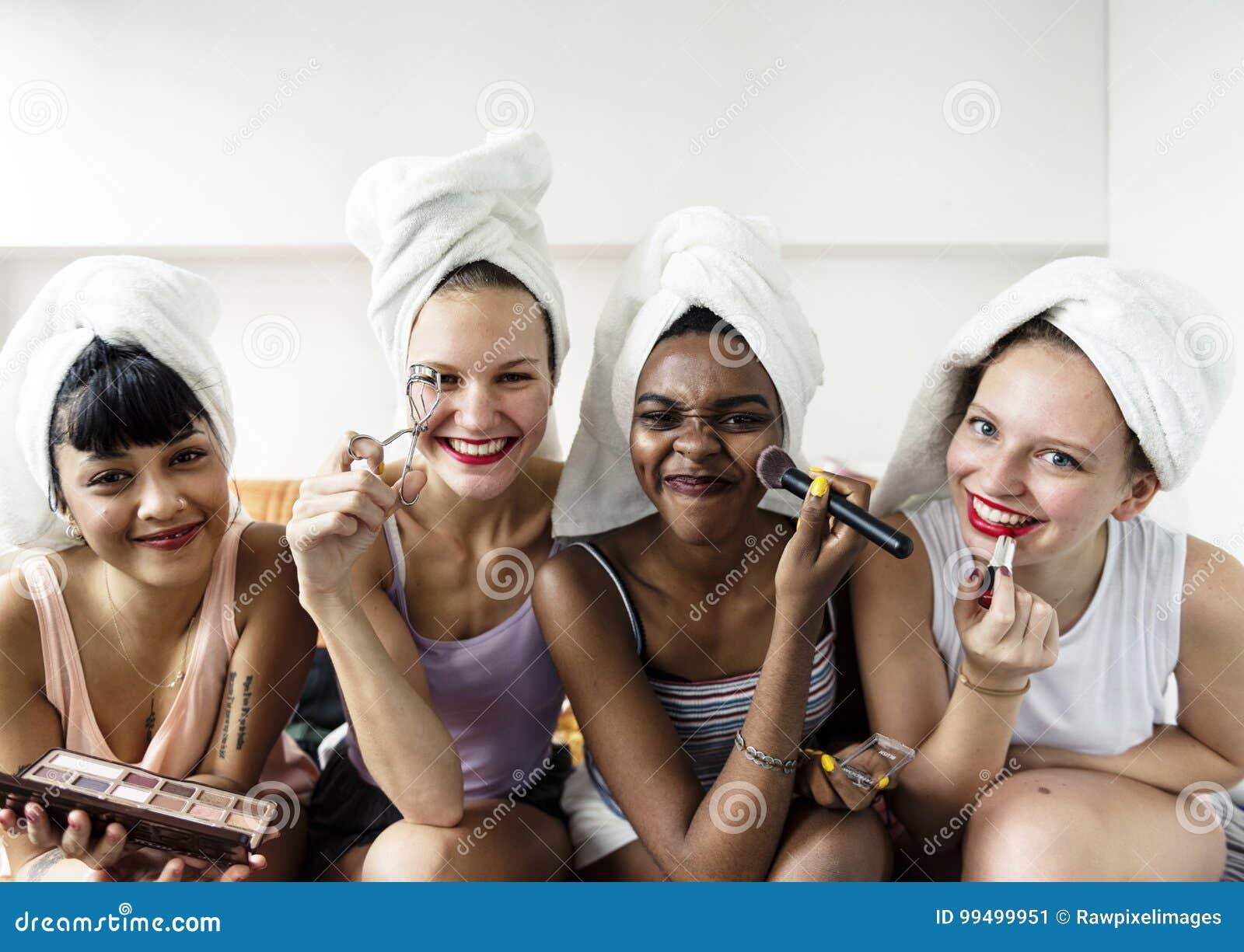 Ομάδα διαφορετικών γυναικών με τα καλλυντικά makeup