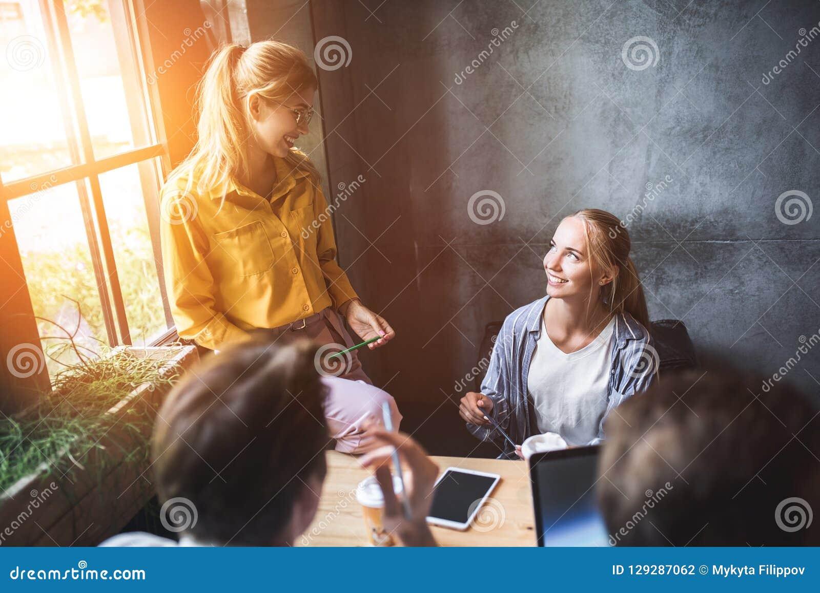 Ομάδα διαφορετικών σχεδιαστών που έχουν μια έννοια συνεδρίασης Ομάδα των γραφικών σχεδιαστών που διοργανώνουν μια συνεδρίαση στην