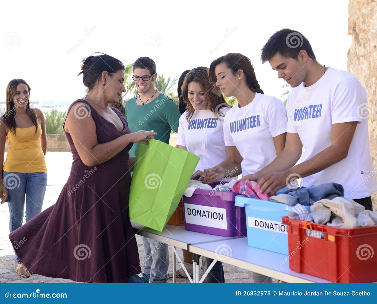 Ομάδα εθελοντών που συλλέγουν τις δωρεές ιματισμού