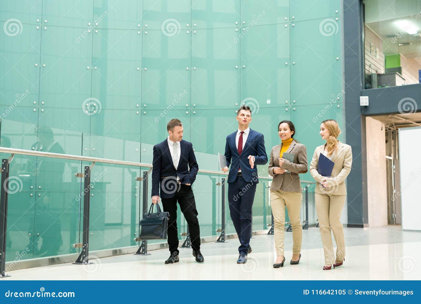 Ομάδα επιχειρηματιών που περπατούν από το γραφείο