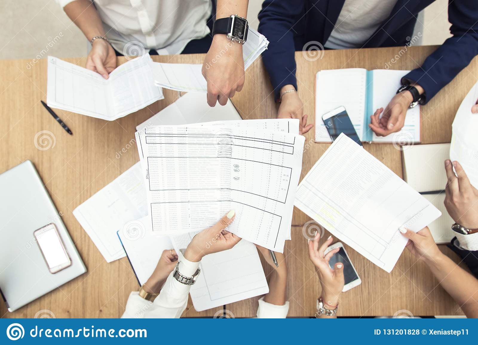 Ομάδα επιχειρησιακής συνεδρίασης στον πίνακα στο σύγχρονο γραφείο, την εργασία ομάδας και τα διαφορετικά χέρια που ενώνουν μαζί τ