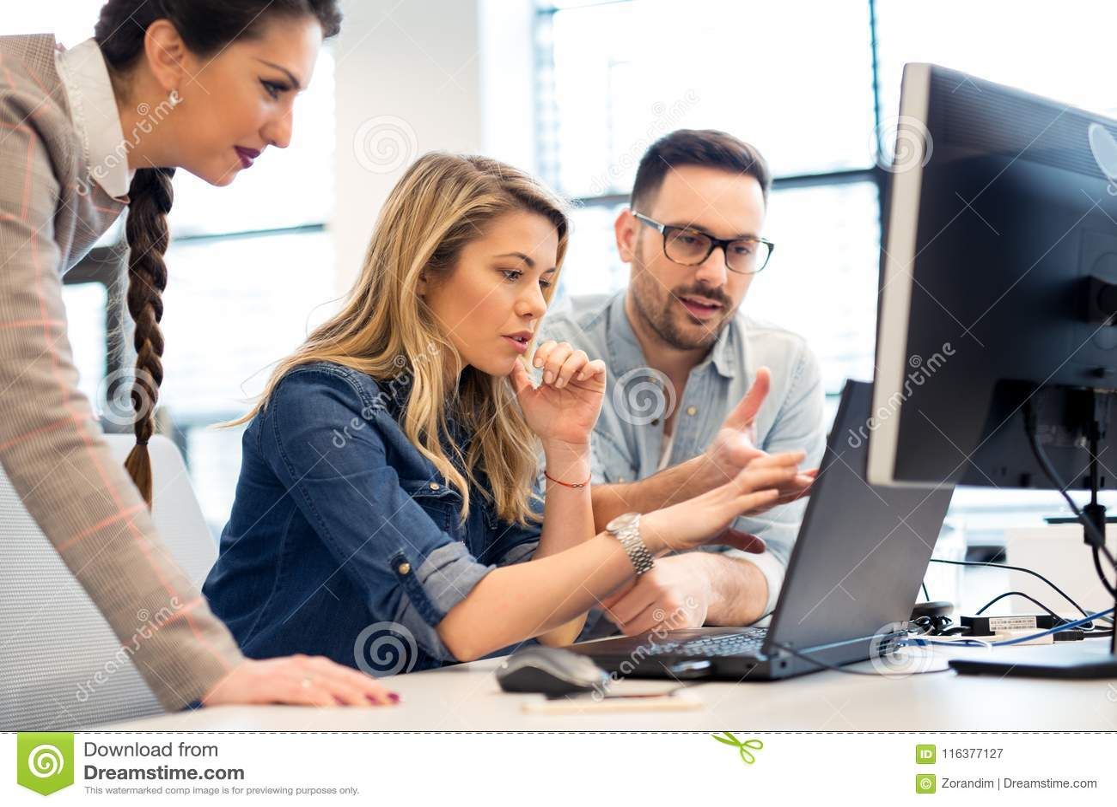 Ομάδα εργασίας επιχειρηματιών και προγραμματιστών λογισμικού ομαδικά στην αρχή