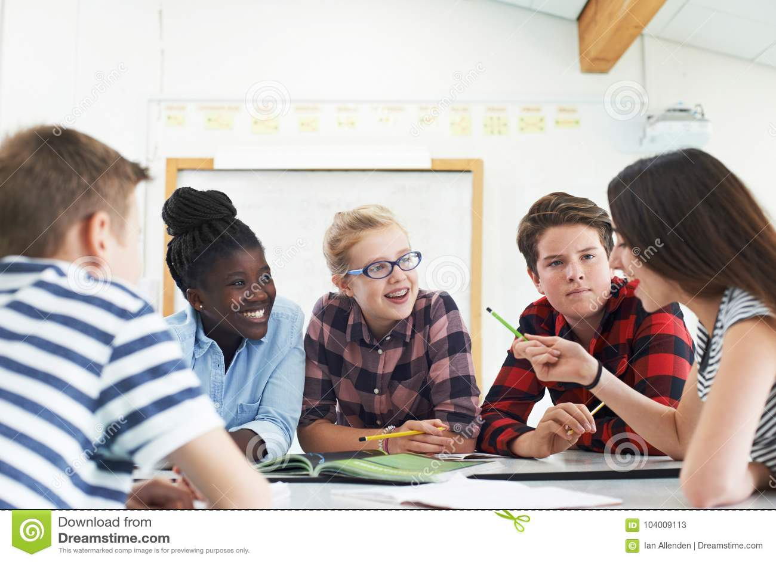 Ομάδα εφηβικών σπουδαστών που συνεργάζονται στο πρόγραμμα στην τάξη
