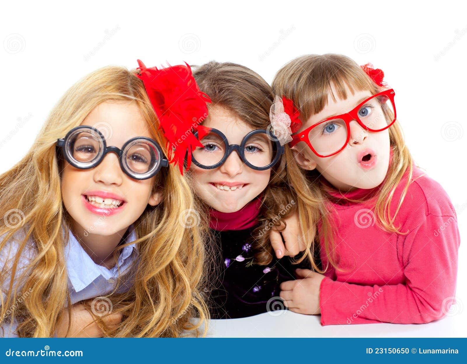 122982d943 Ομάδα κοριτσιών παιδιών Nerd με τα αστεία γυαλιά Στοκ Εικόνες ...